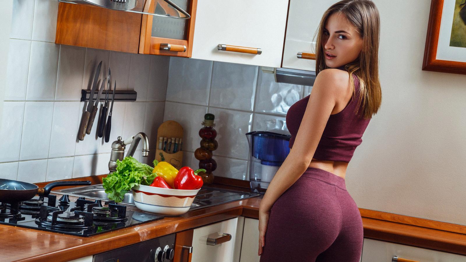 на кухне с зади
