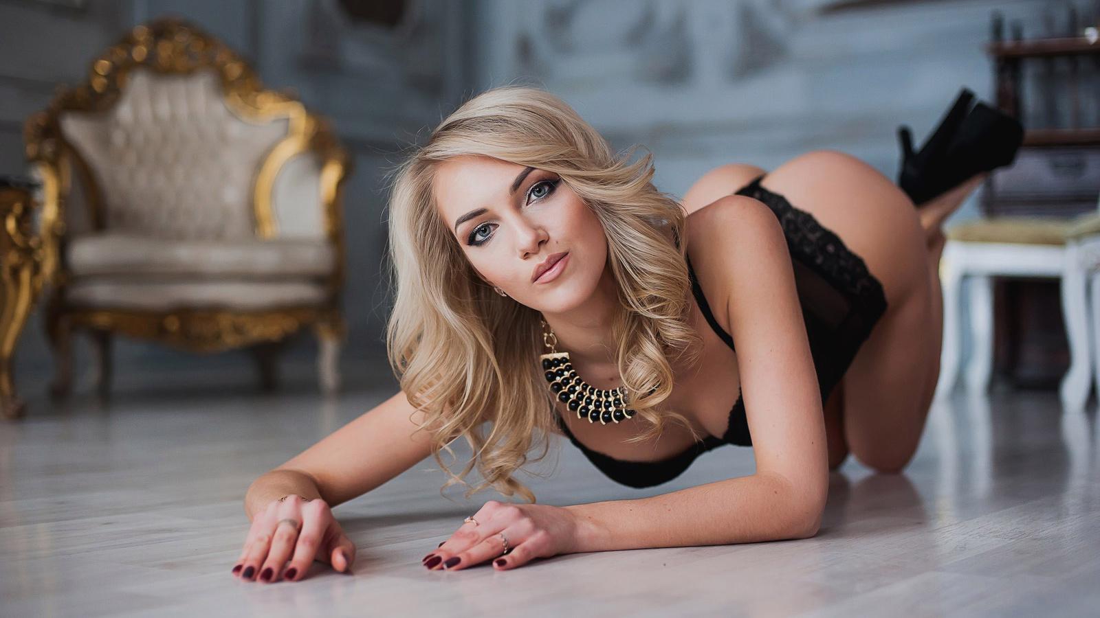 Blonde women being sexy — img 14