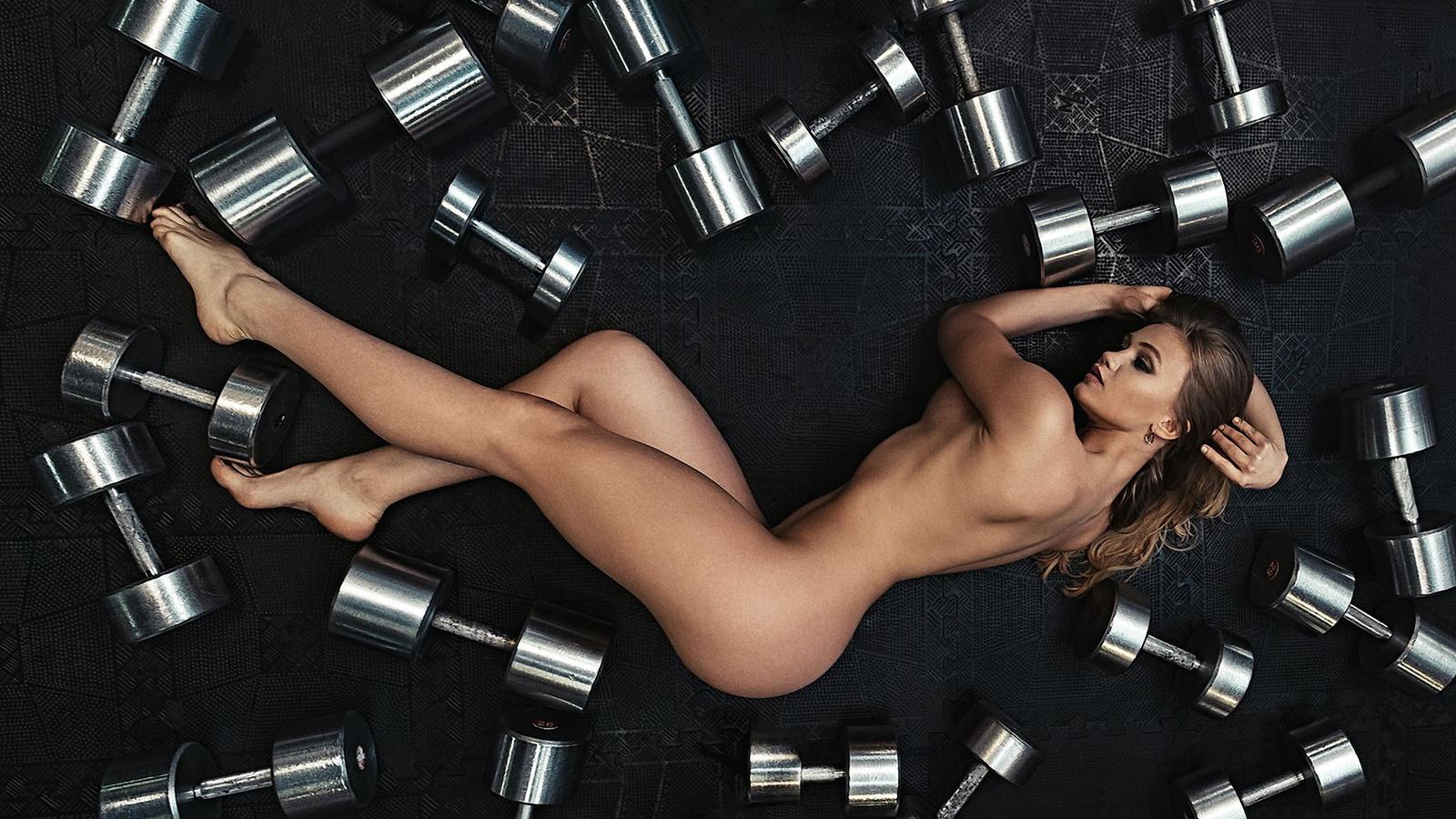 women, top view, nude, ass, dumbbells, tanned, blonde, on the floor, boobs, гантели, девушка, вид сверху, обнаженная, попка, на полу