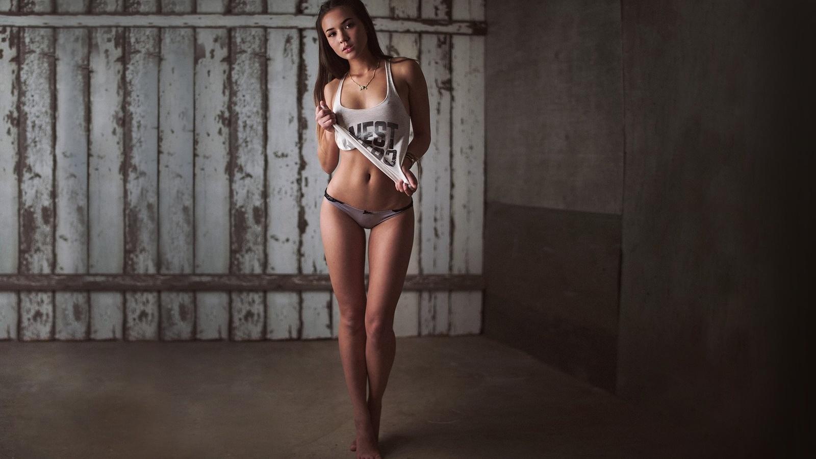 Фото в маечке без трусиков, Красивые молодые девушки без трусиков - фото подборка 26 фотография