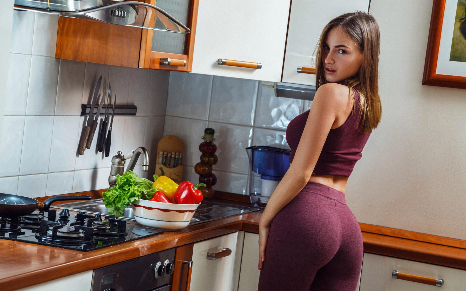 Студентку на кухонном столе