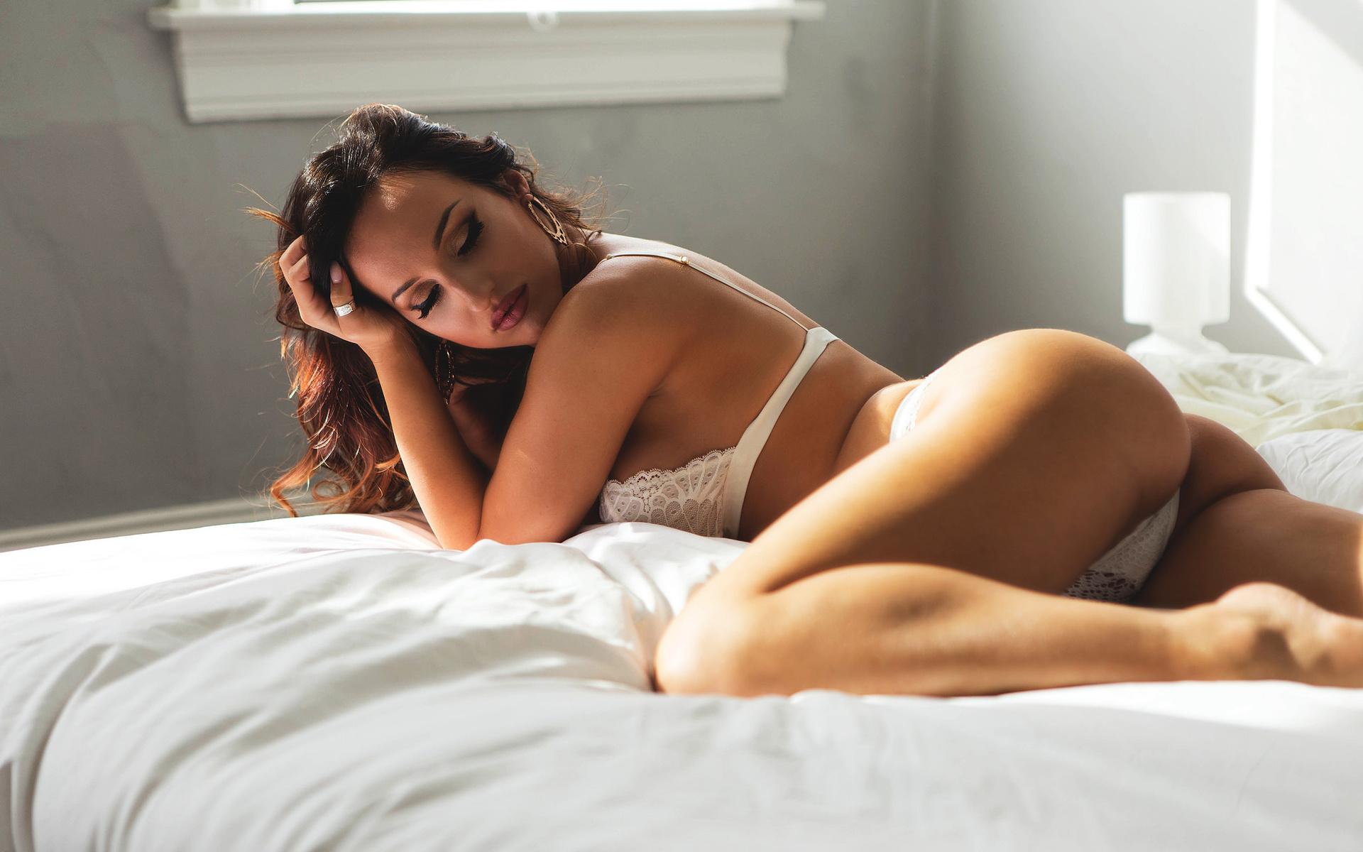Фото попки девушек в постели, Большие задницы голых девушек в постели - Частное 1 фотография