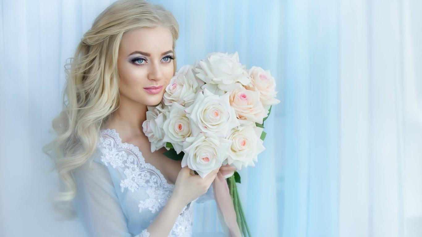девушка, блондинка, локоны, макияж, платье, кружева, букет, розы