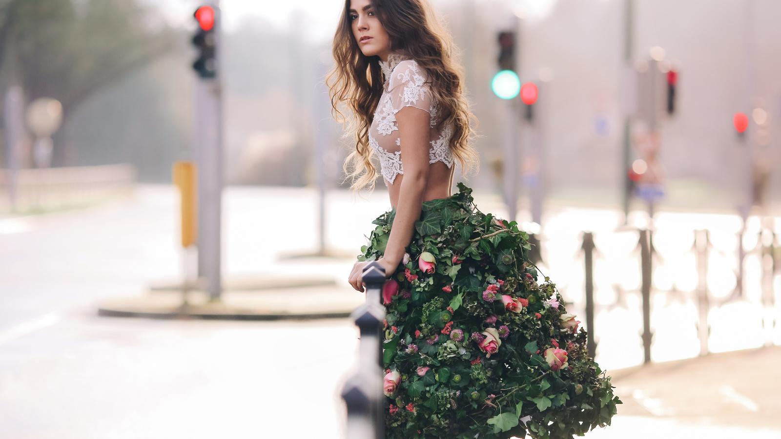 девушка, шатенка, локоны, блузка, топ, юбка, листья, плющ, цветы, город, улица, дорога, светофор, розы