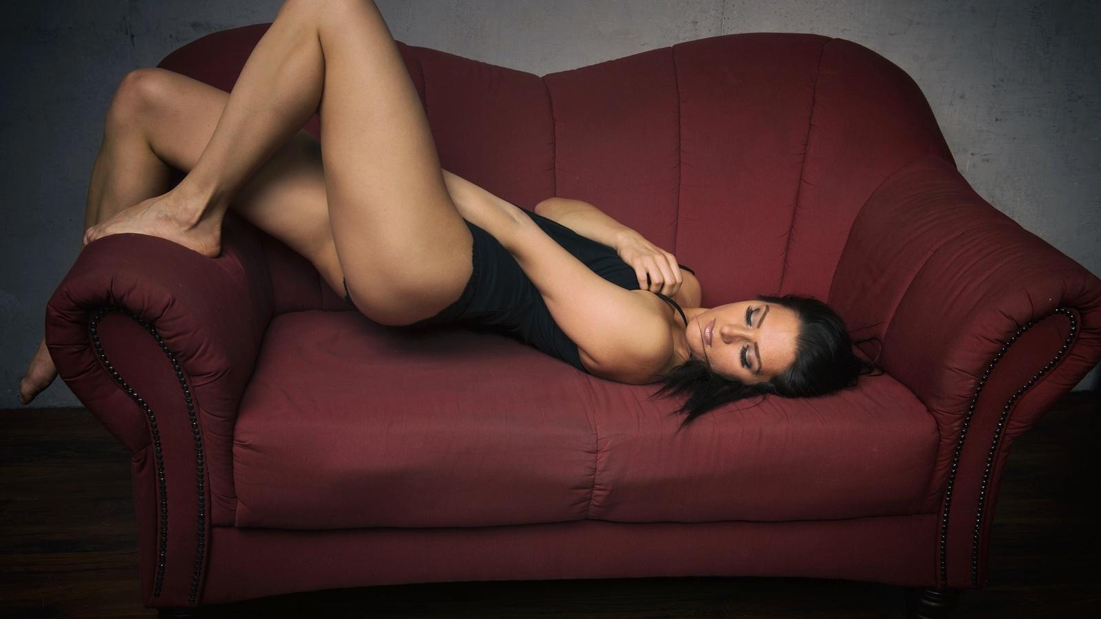 Фото брюнетки на диване лежа, фото попок в масле молоке
