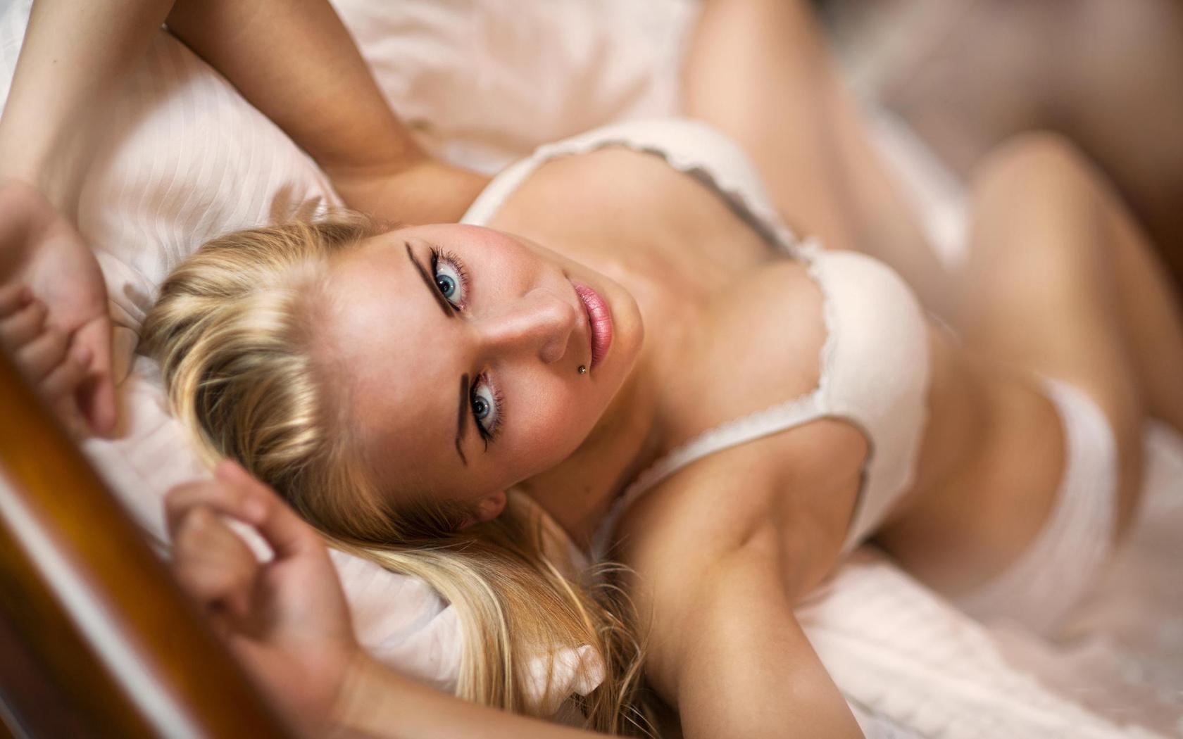 в какие постеле блондинки