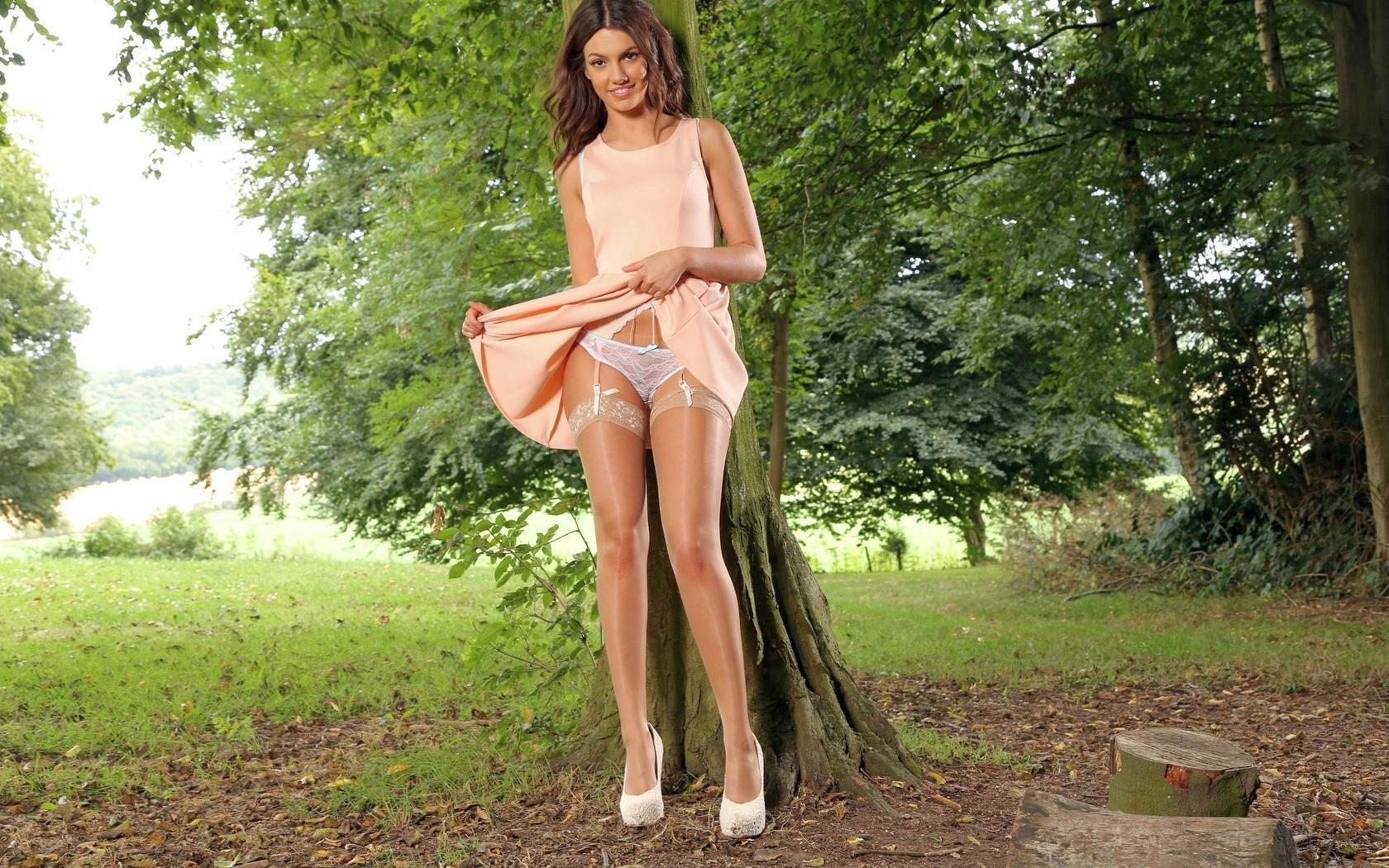 Раздвинула ножки в платье, Раздвинутые ножки девушек -фото. Девушки 24 фотография