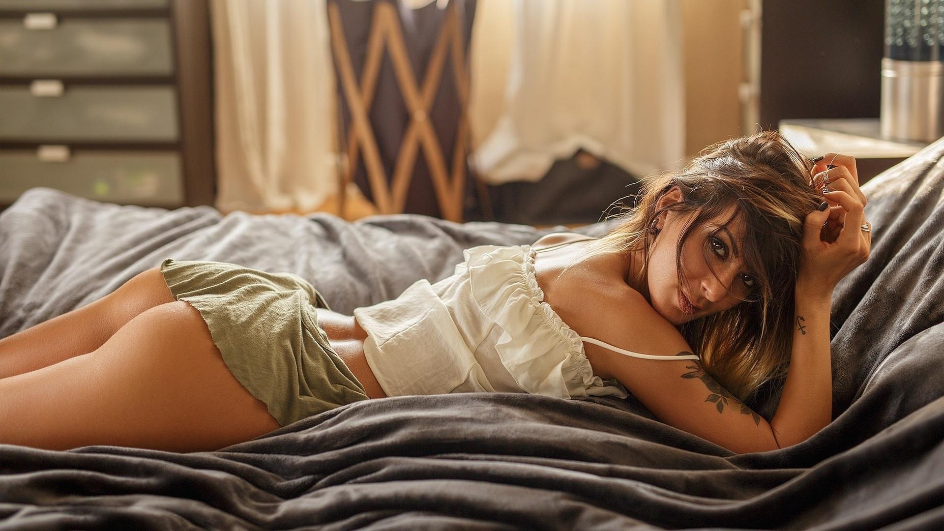 мокрые девушки на кровати нашем