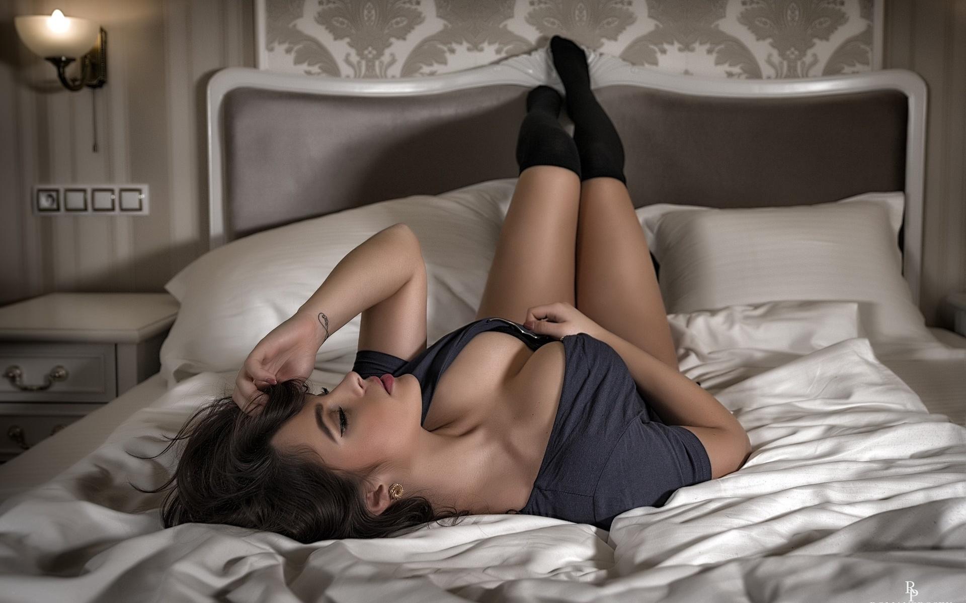Девушка лежит на кровати, смотреть порно секс с блондинками и с красивыми сиськами