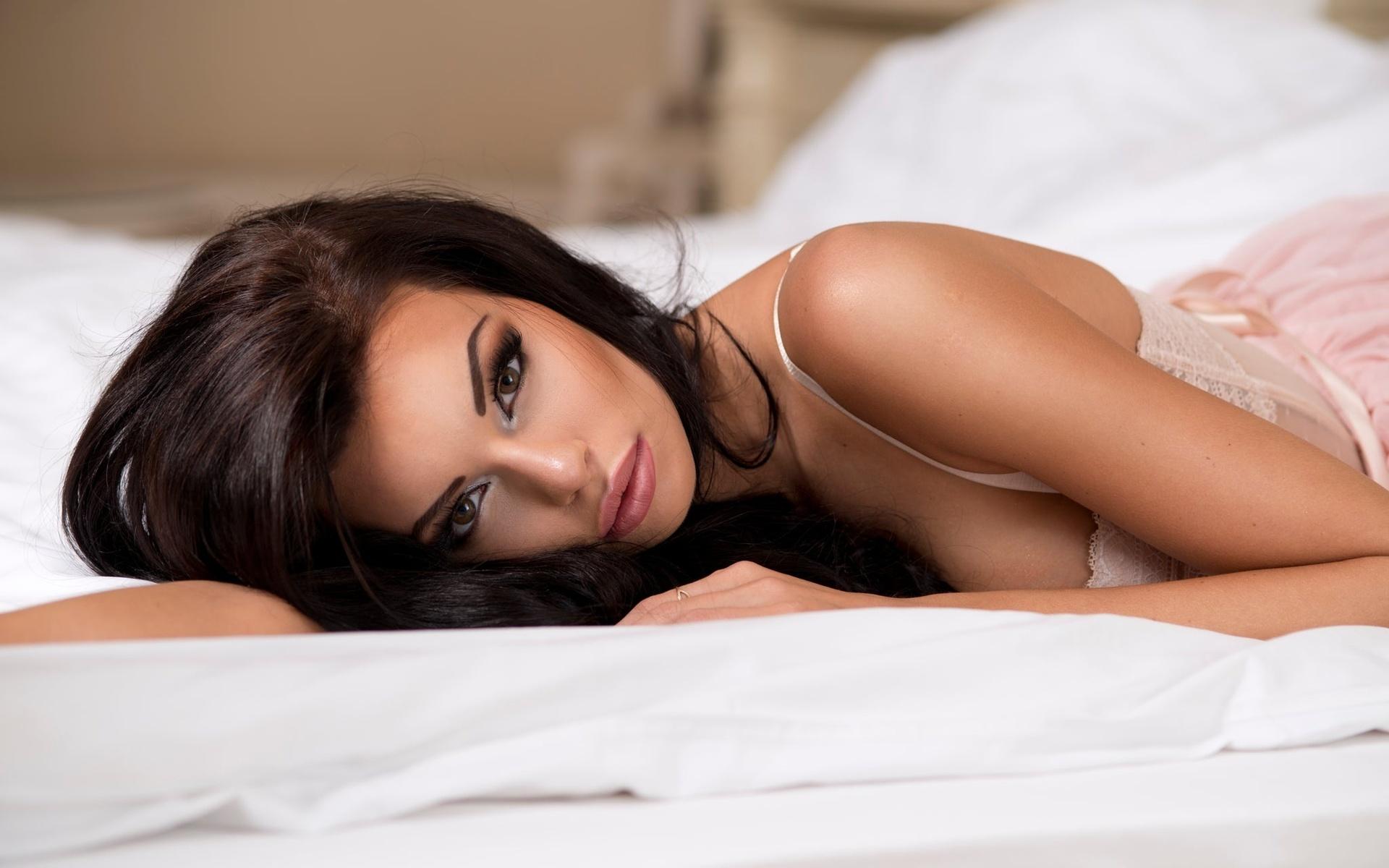 В постели с брюнеткой — pic 13