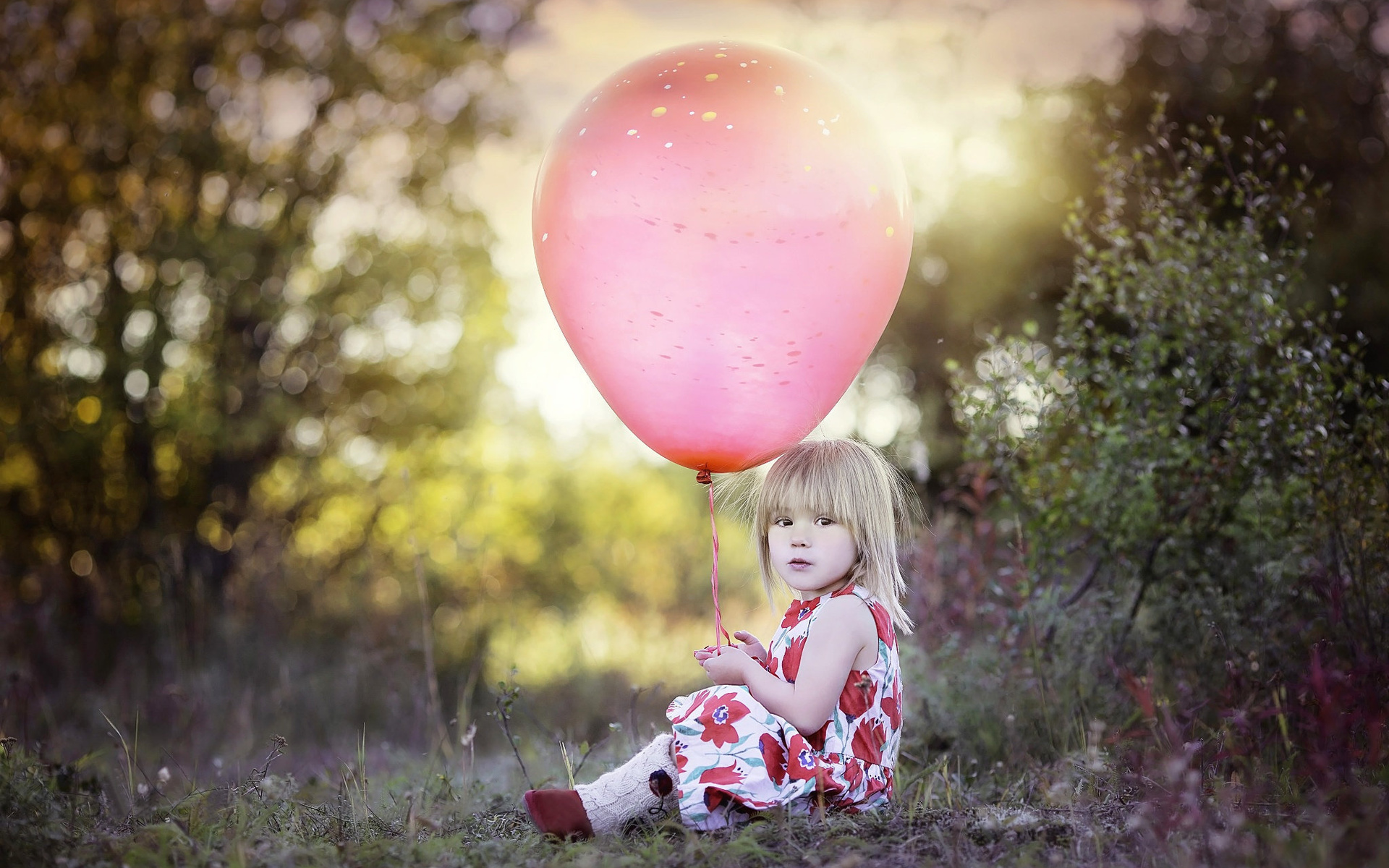 Девушка с игрушками шары