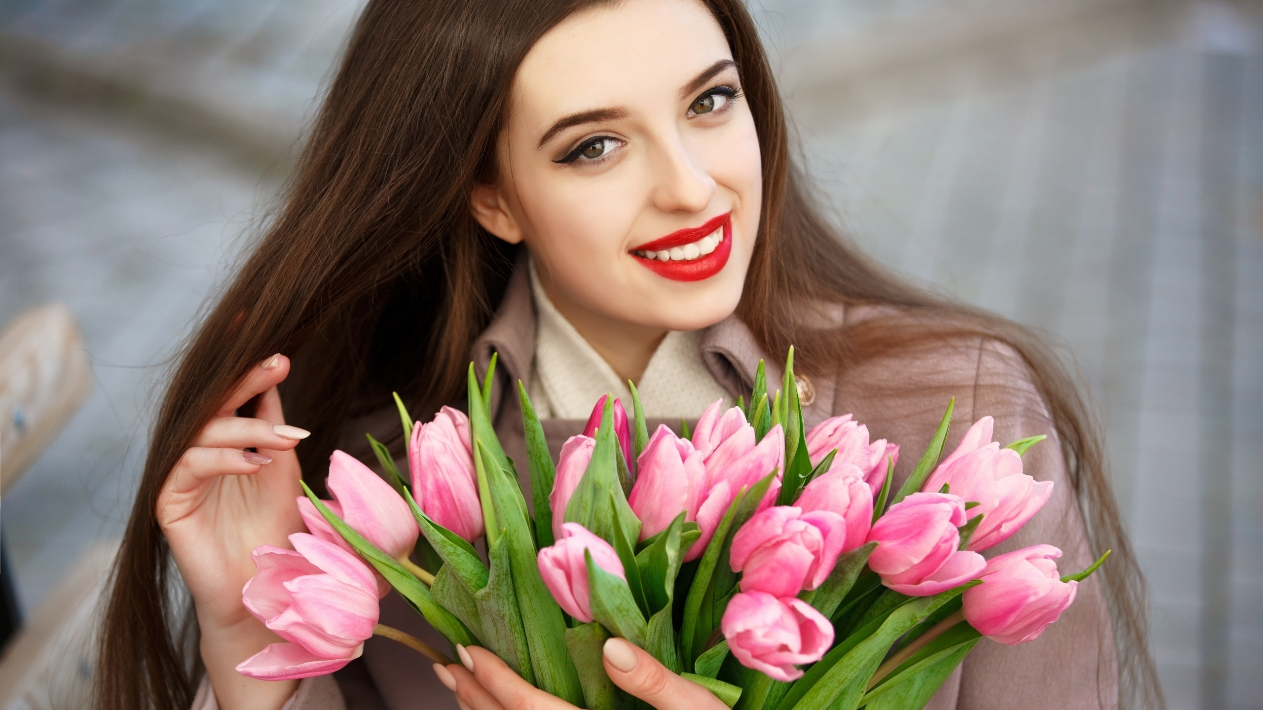 Открытка девушка и тюльпаны