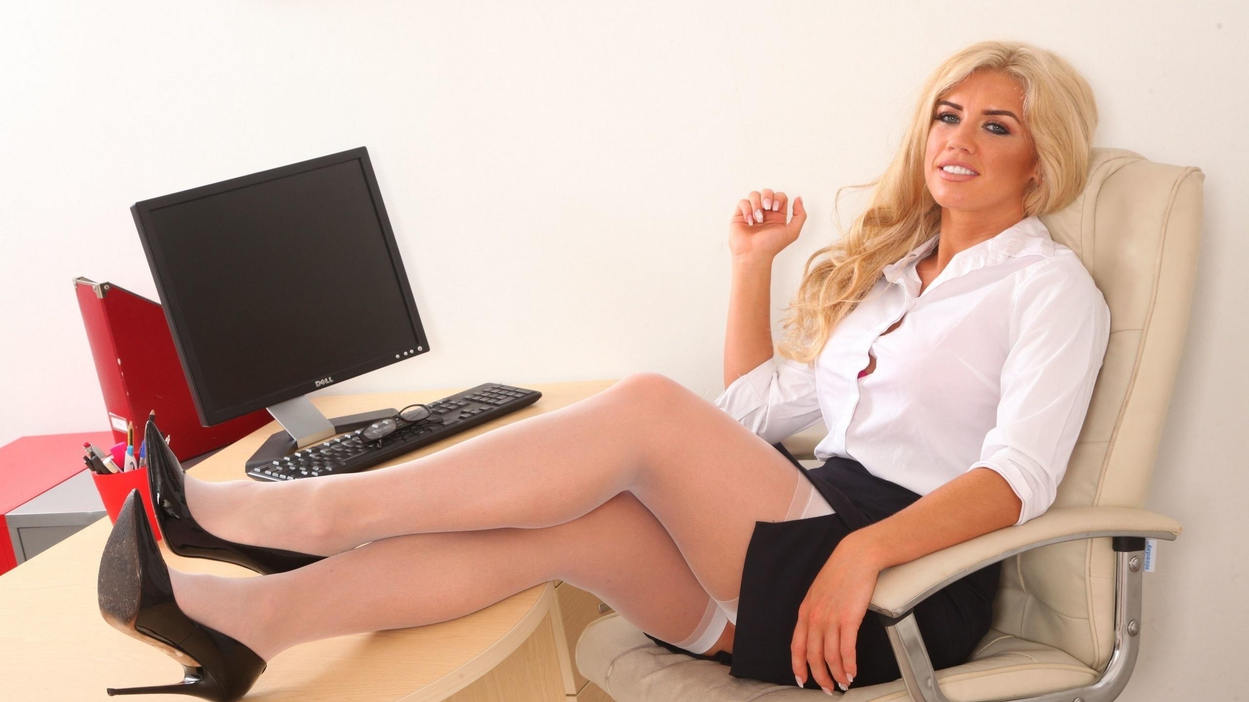 Шикарная блондинка в офисе