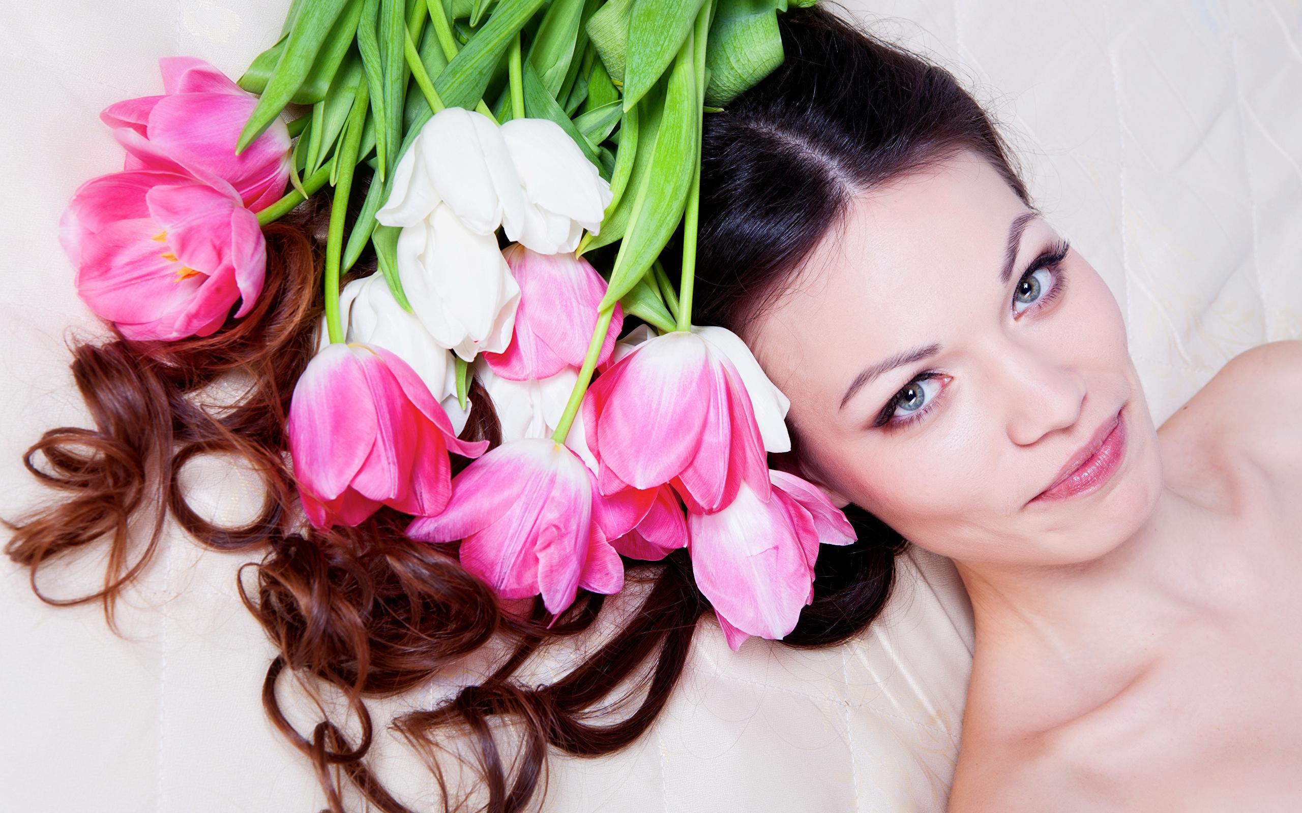 Открытка доброго, девушка с тюльпанами картинки
