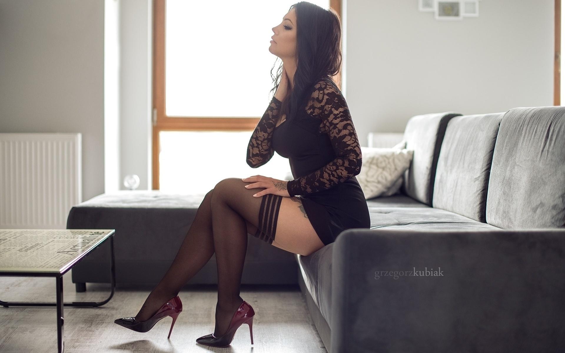 Элегантная девушка в черных чулках