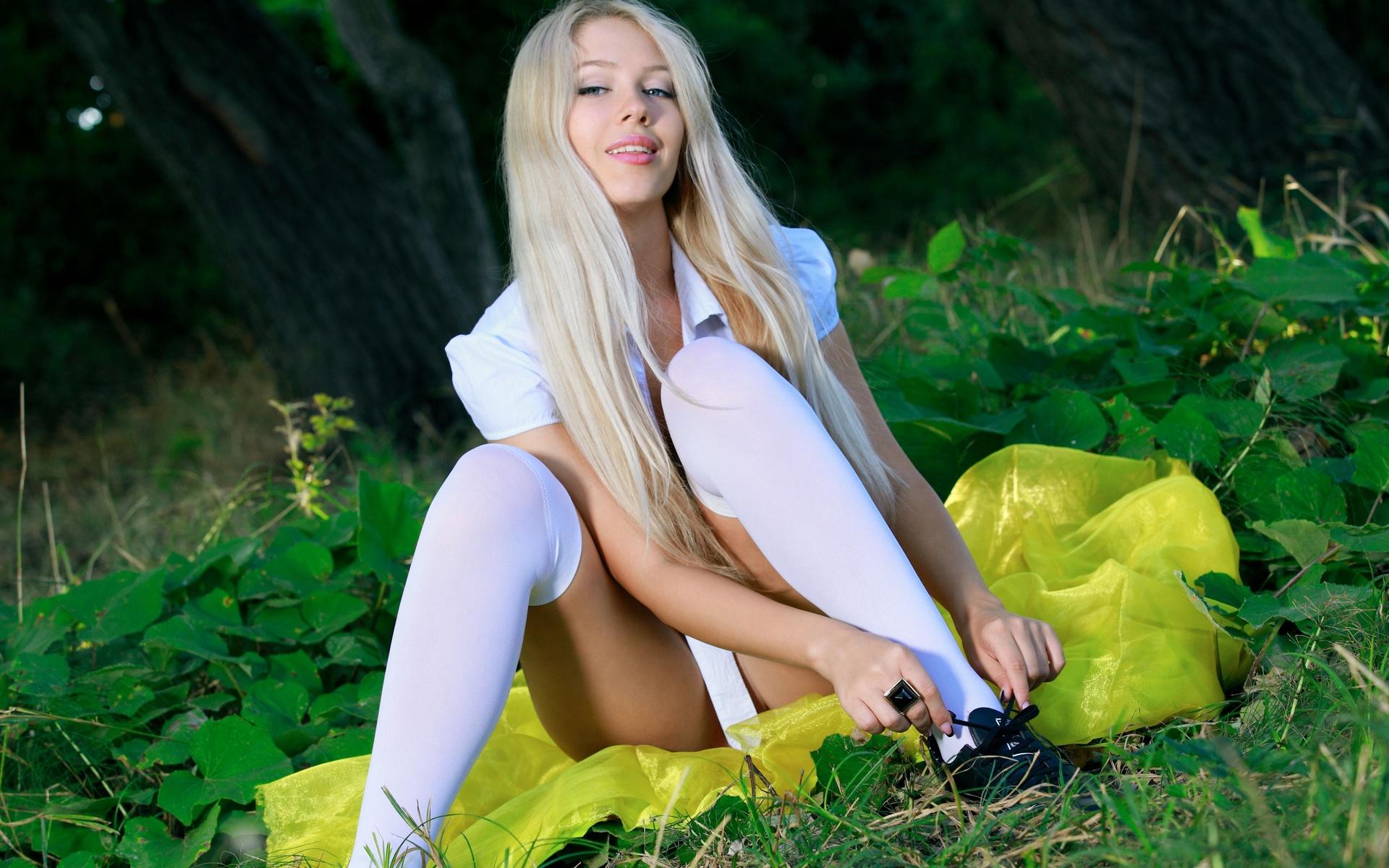 Девушки в белых чулках на природе