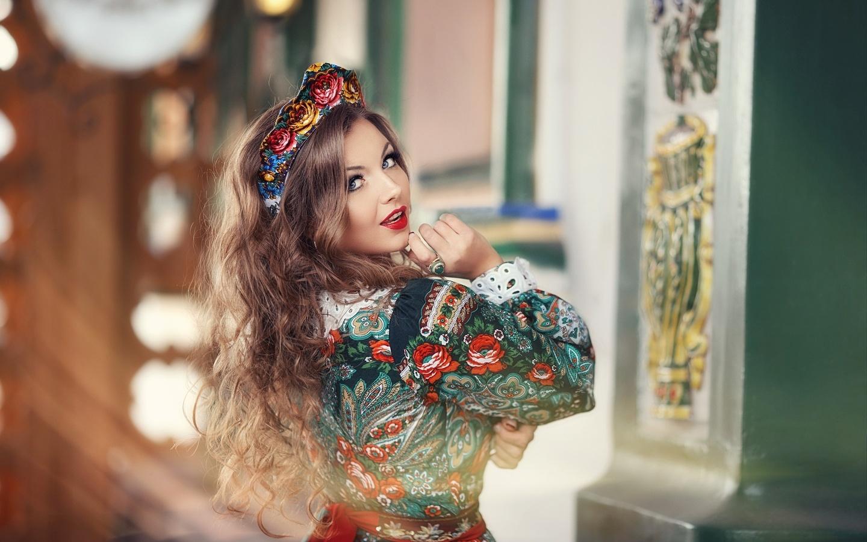 anastasia grosheva, девушка, шатенка, макияж, взгляд, корона, платье, наряд, красавица, украшение, кольцо, локоны