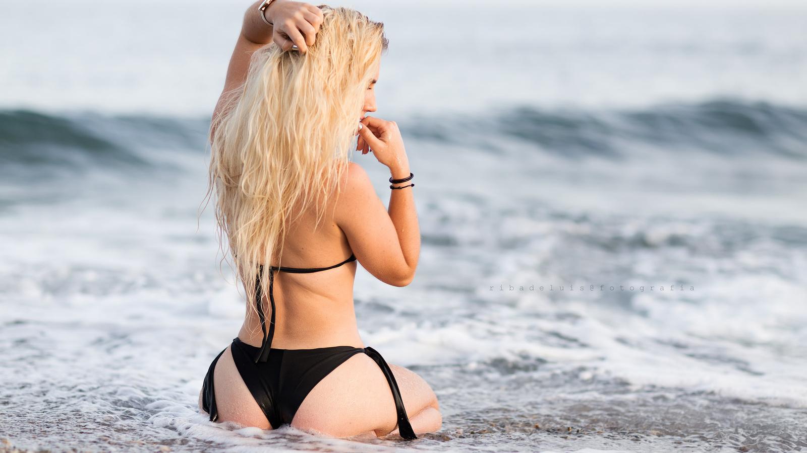 фото девушки блондинки в черном купальнике можно делать, только