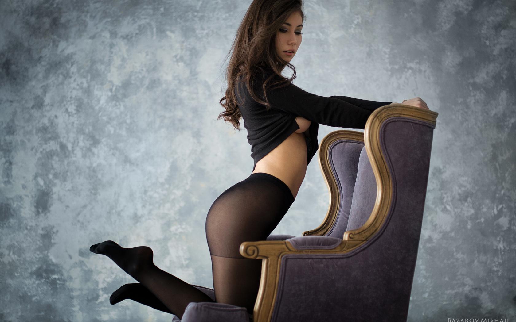 Раб на коленях, Раб на коленях трахает молодую хозяйку страпоном на 27 фотография
