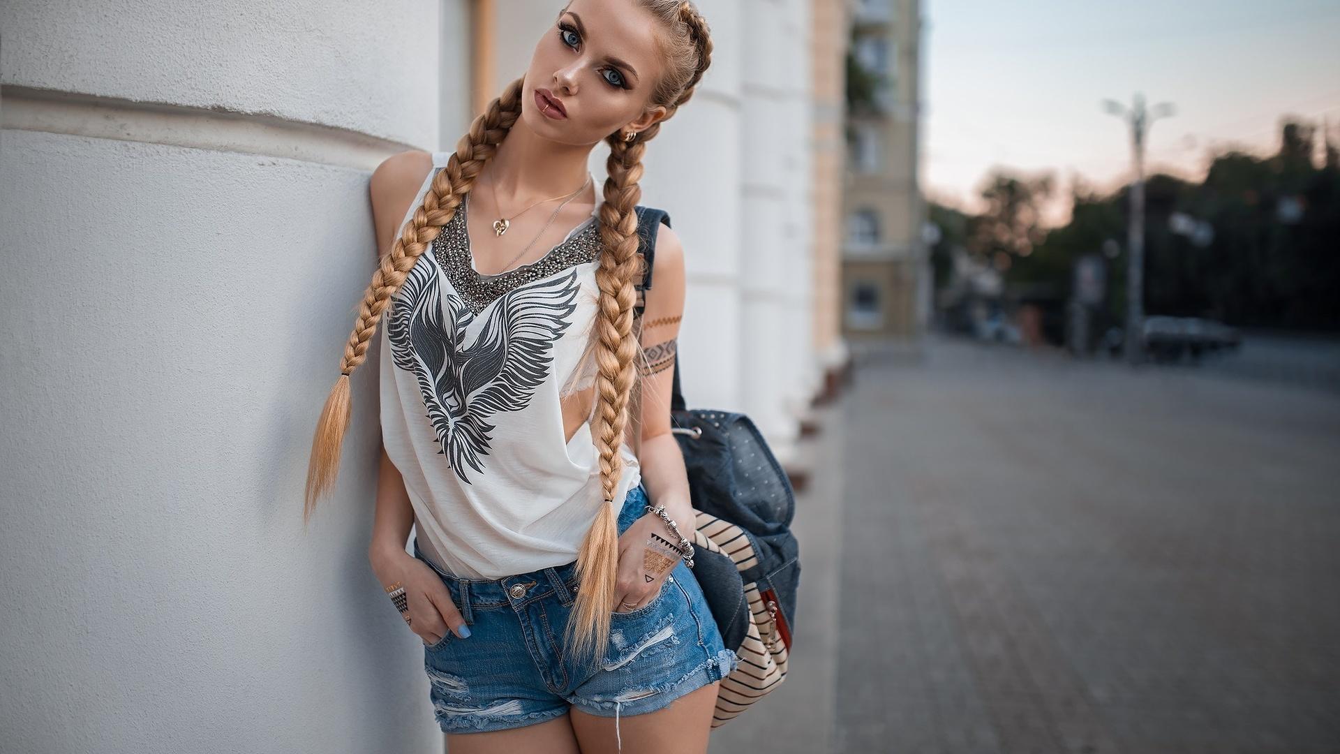 Фото девушек блондинок в шортиках
