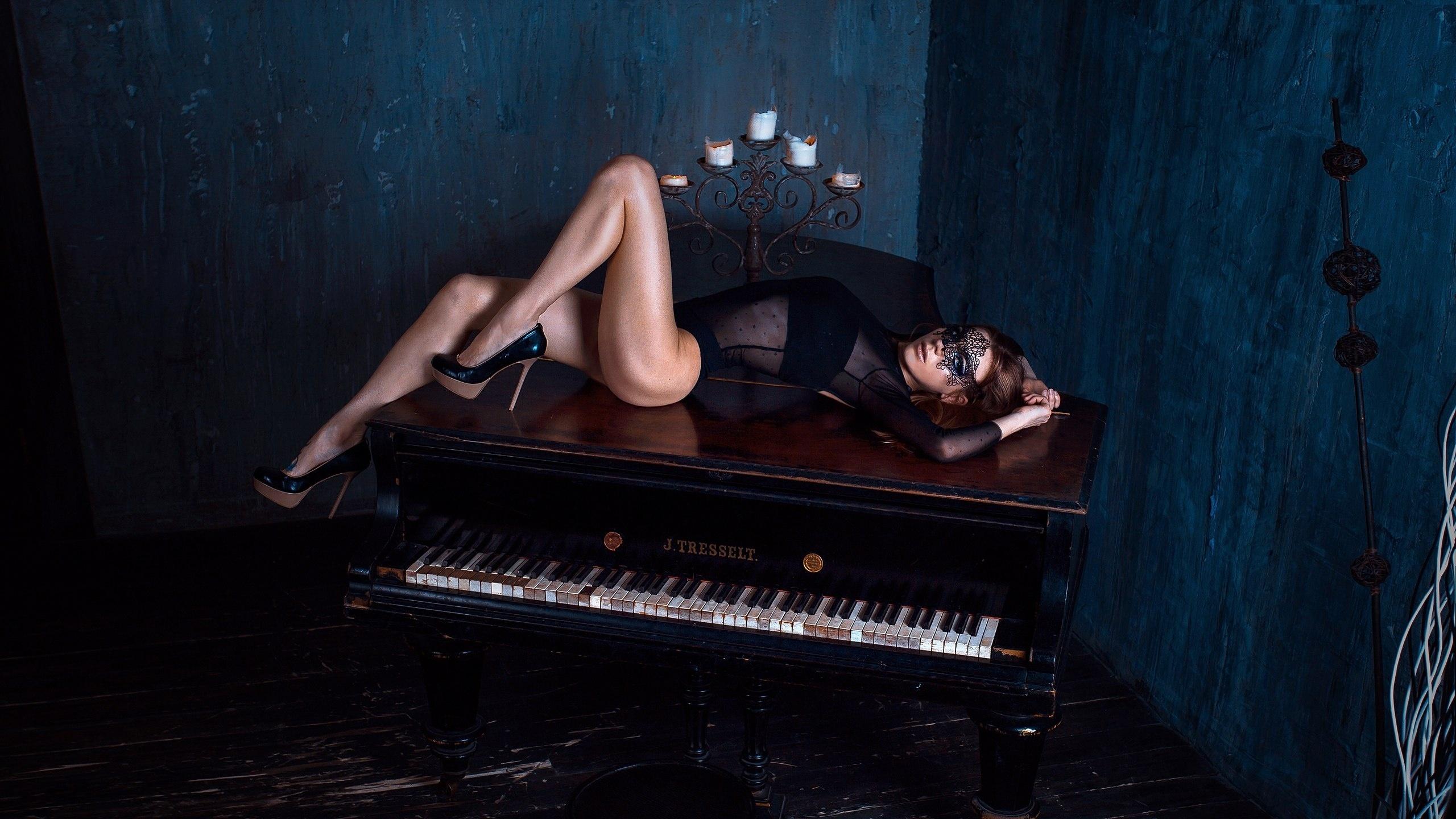 za-pianino-za-royalem-za-kompyuterom-obnazhennie-zhenshini-porno-dvoynoe-proniknovenie-v-popku-i-kisku