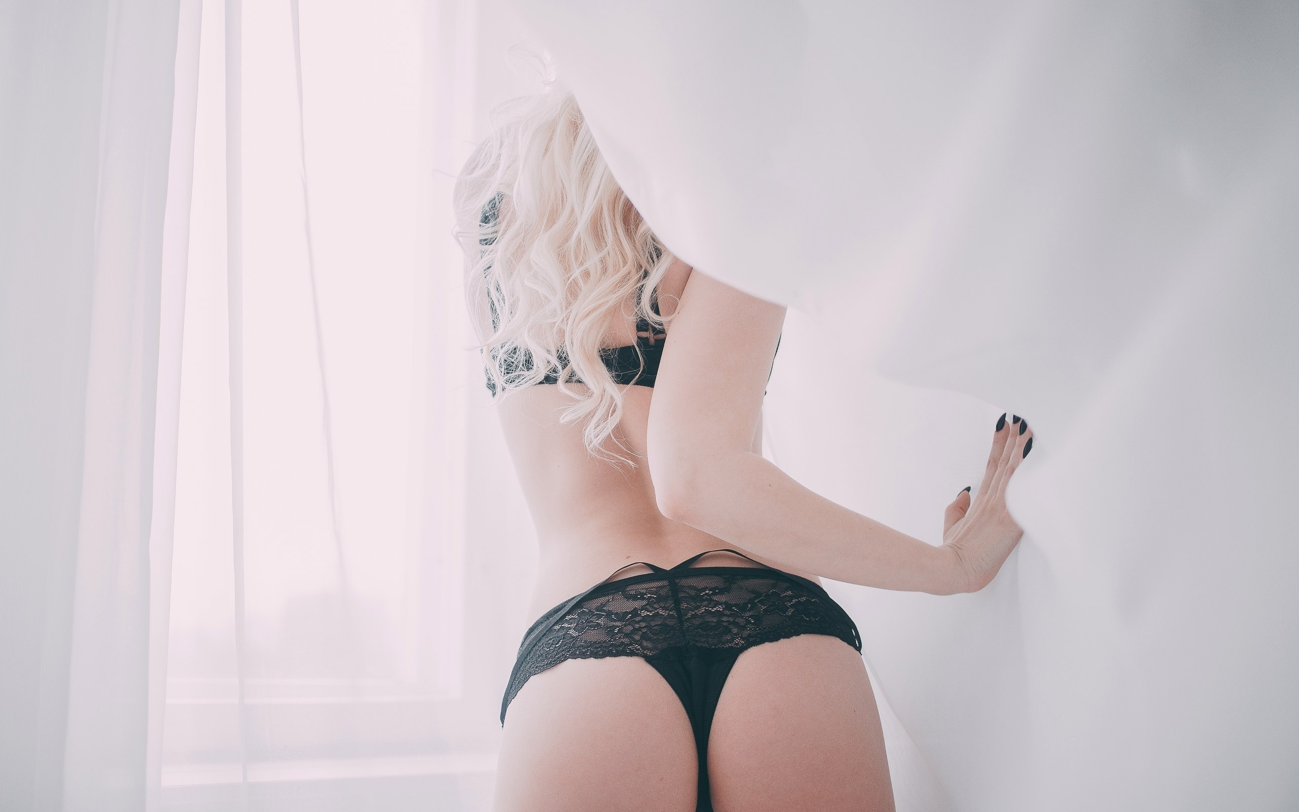 foto-devushek-blondinok-v-chernom-nizhnem-bele-rakom