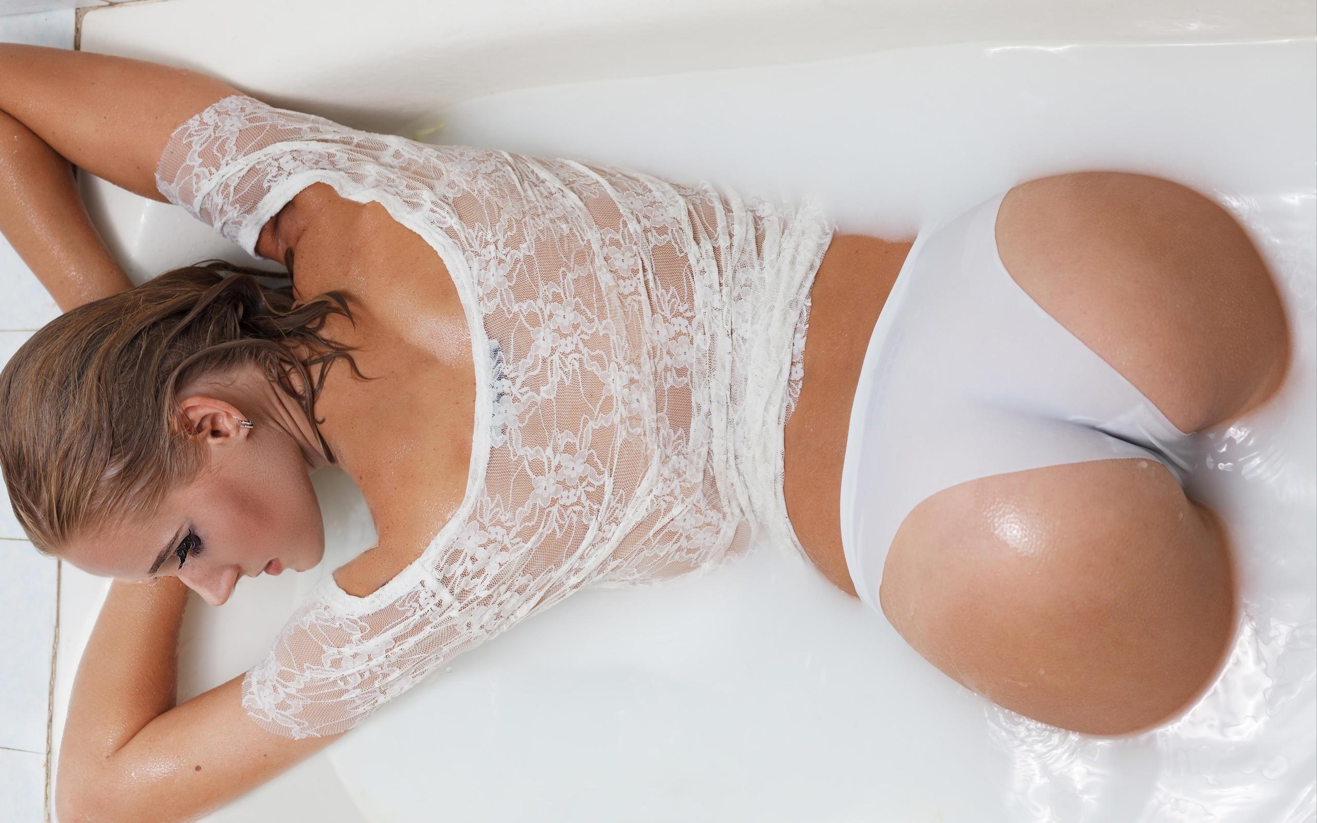 Фото в ванной в белье, Очаровательные девушки в ванной комнате и душе 1 фотография