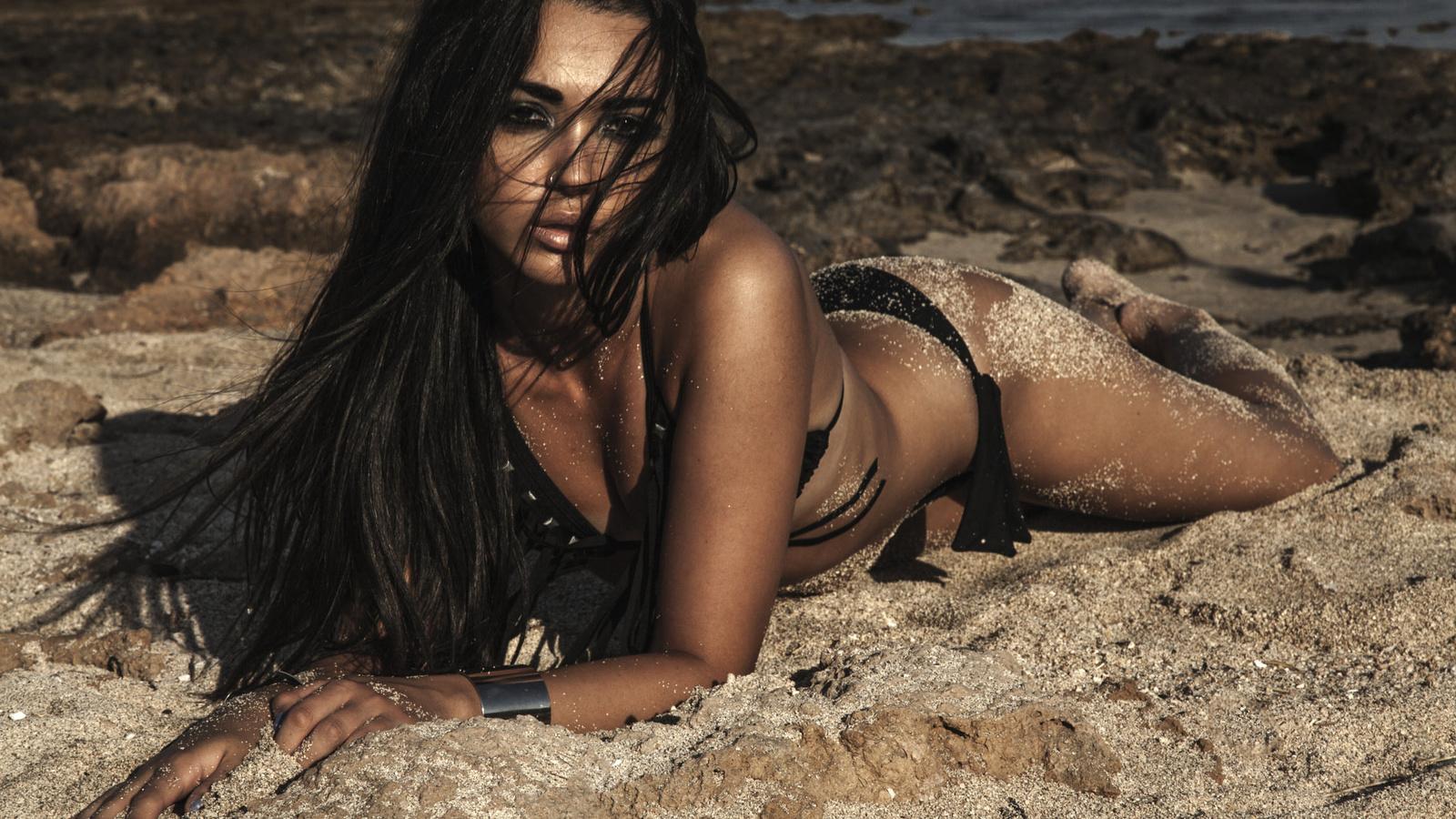 молодая брюнетка в песках