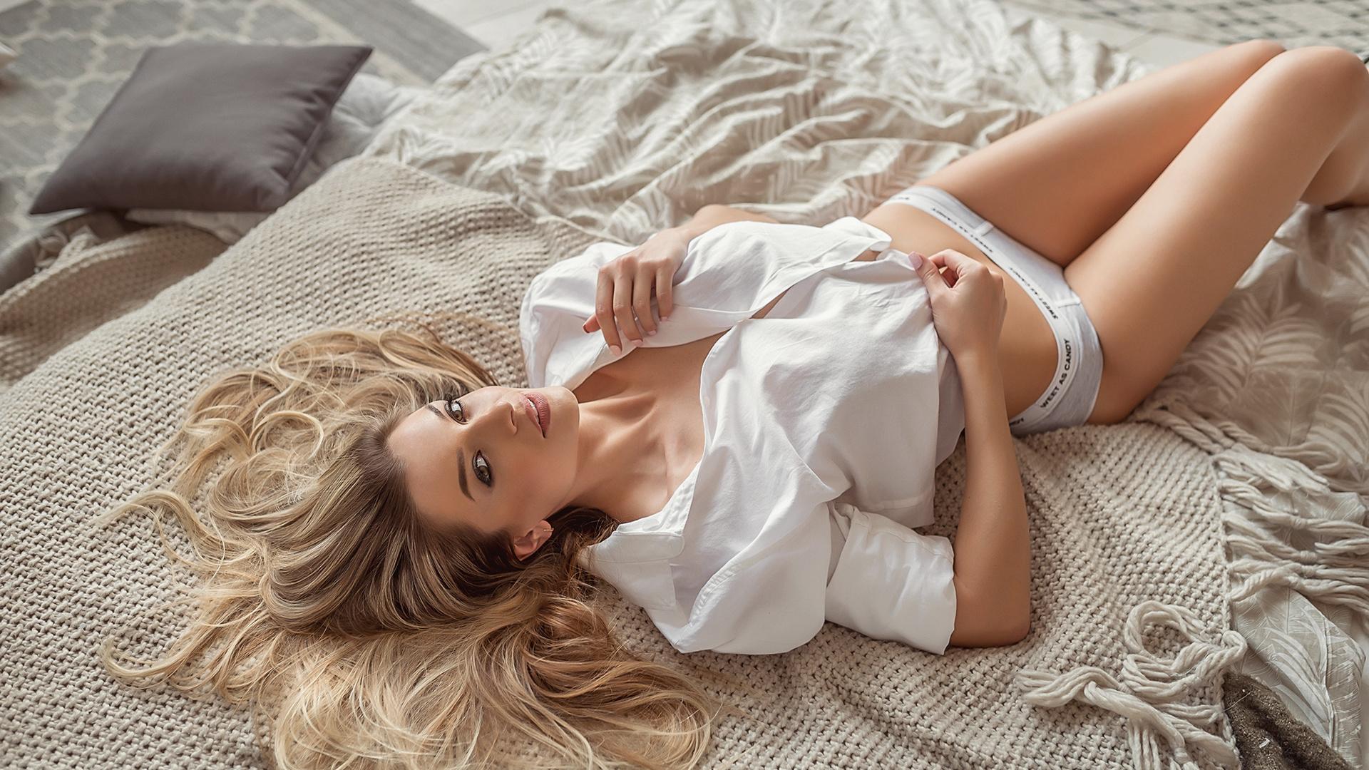 голая блондинка утром в постели разделе лесбиянки