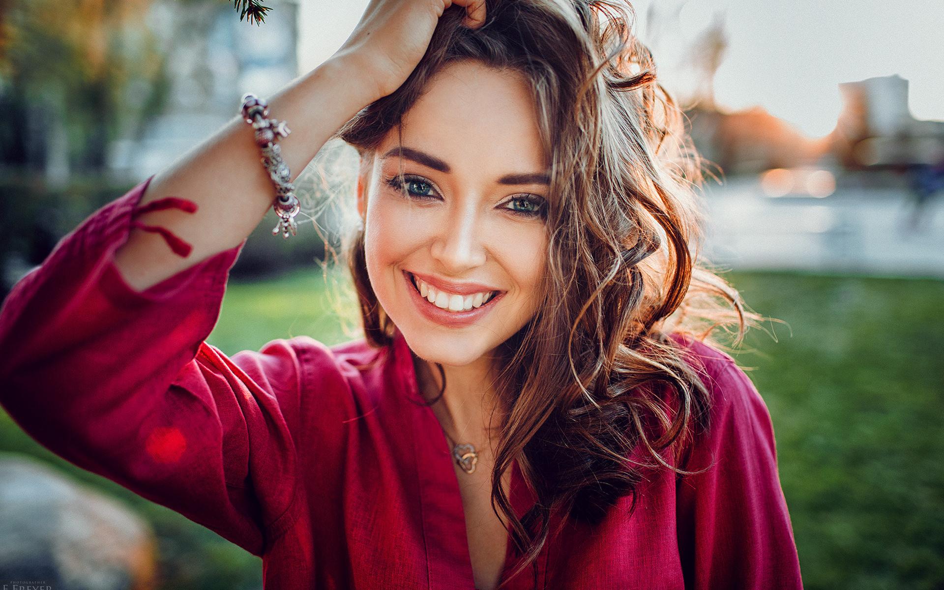 Картинки девушка улыбается на аву
