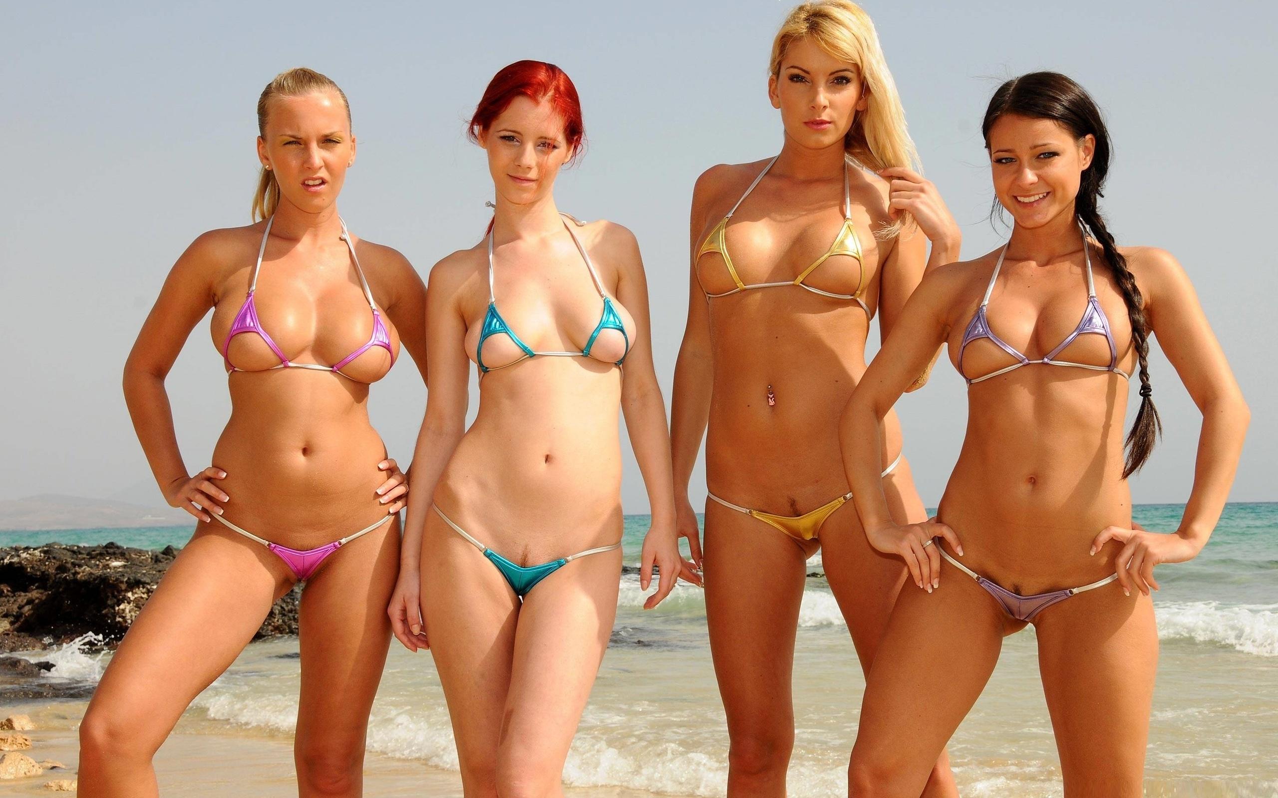 коллективе девушка сексуально позирует в микро бикини на берегу моря очаровательные телочки