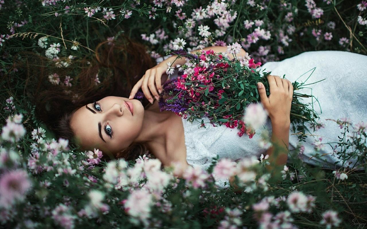 Открытки девушки цветами, гиф