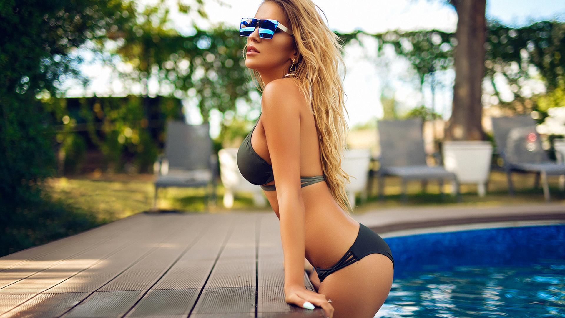 foto-dlya-androida-devushki-v-bikini-i-ochkah