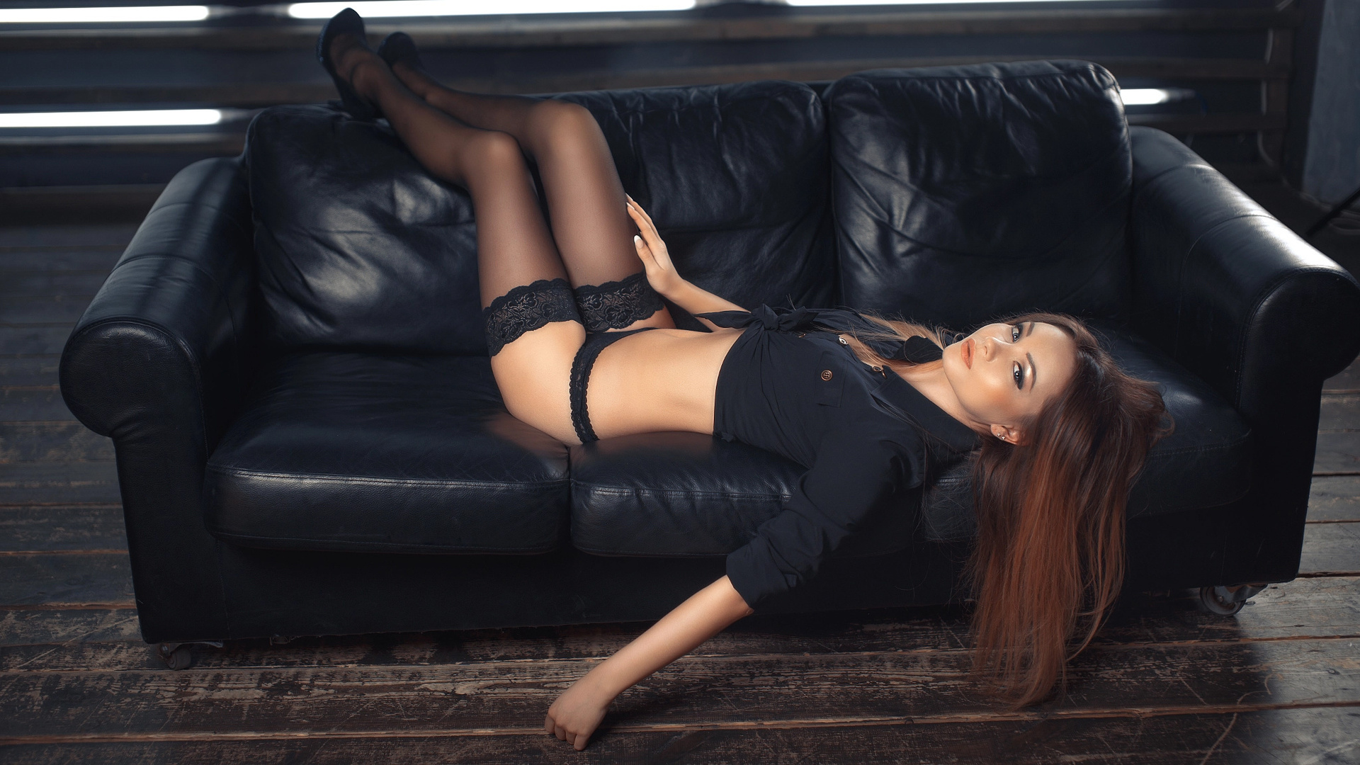 Голая красотка на кожаном диване