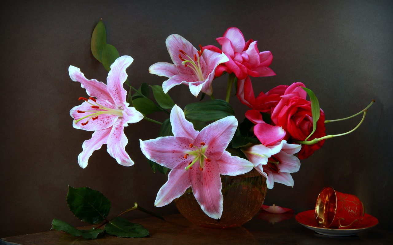 ваза, цветы, лилии, розы, чашка, листья