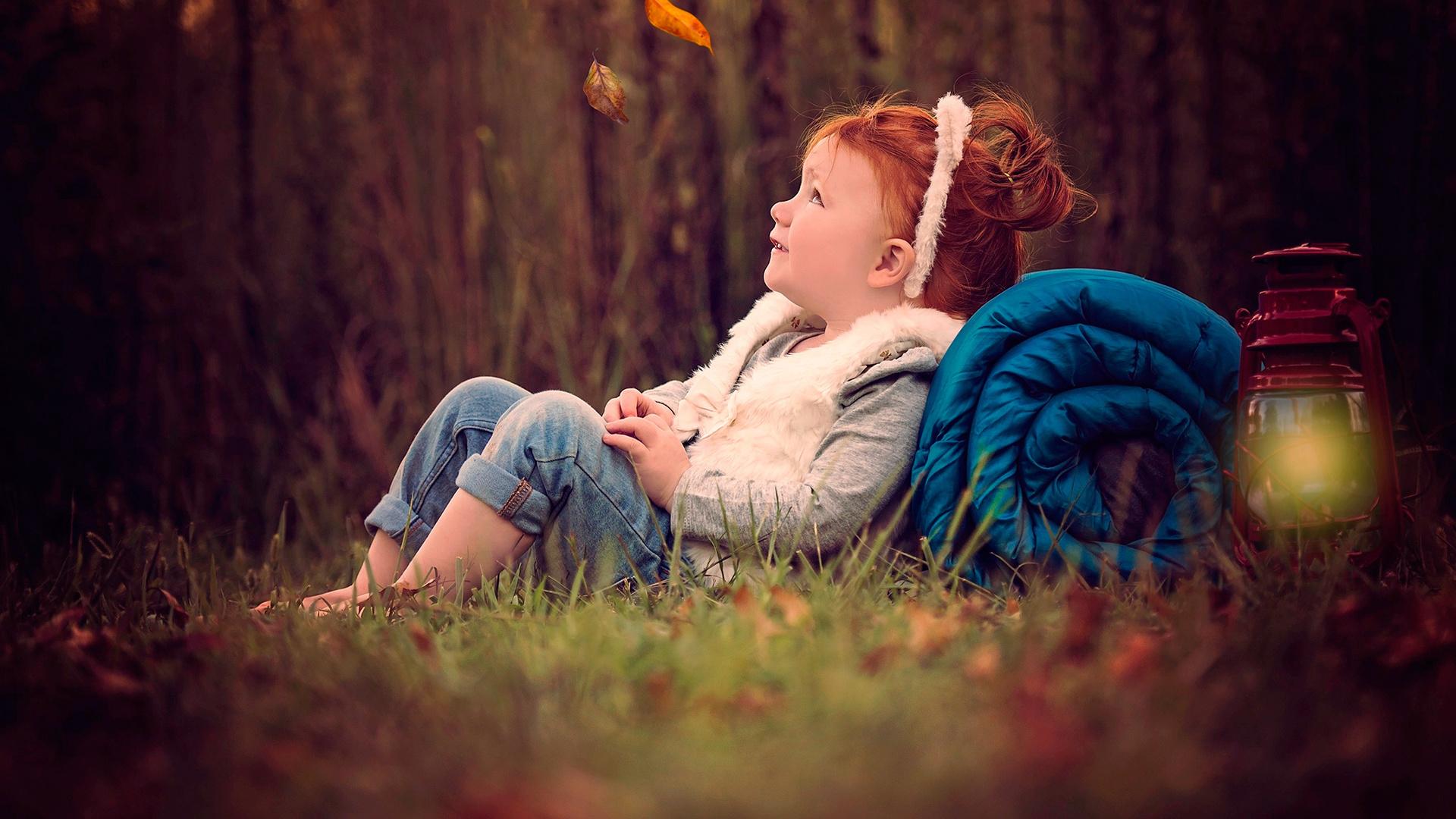 sue ellen tolman, ребёнок, девочка, рыжая, радость, скатка, фонарь, природа, осень, лес, листья