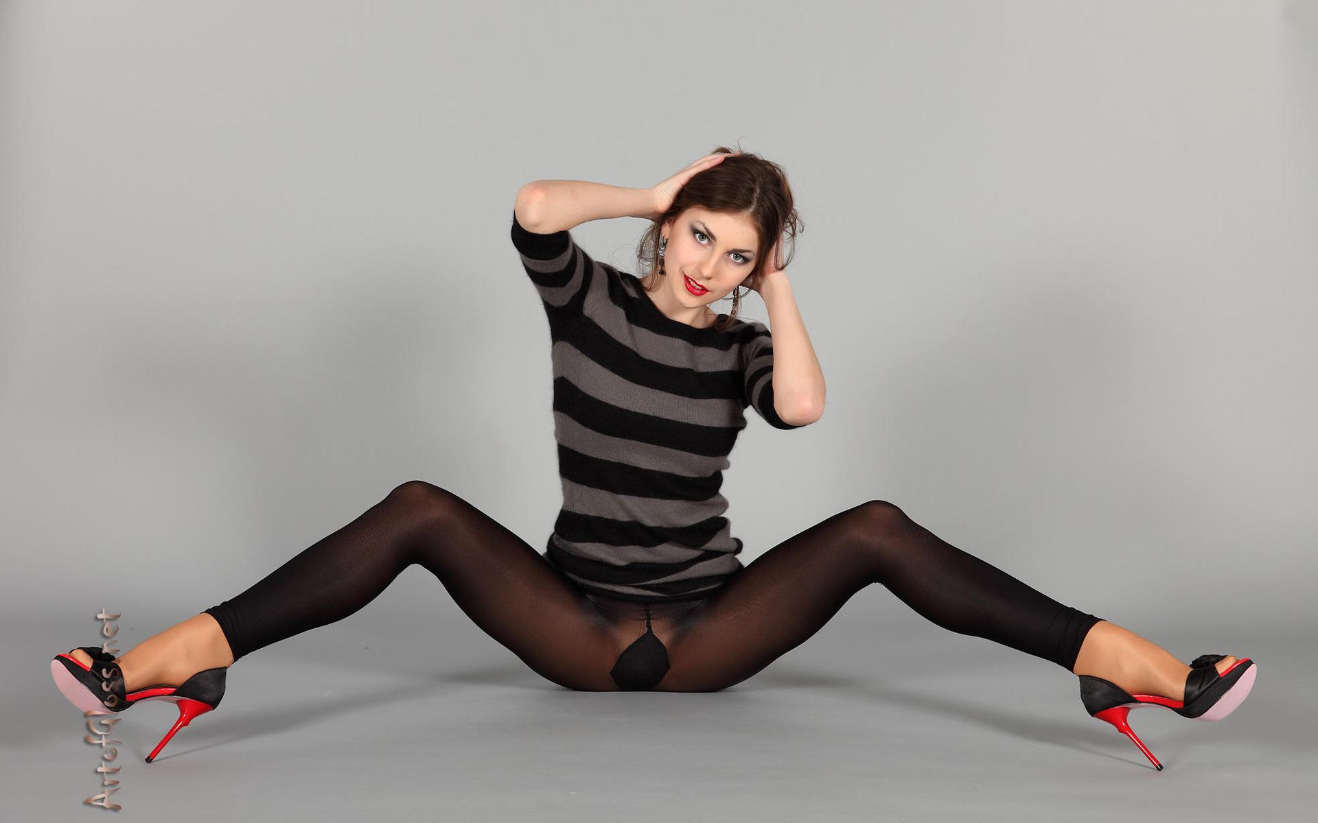 igraetsya-s-kolgotkami-seks-s-snogsshibatelnoy-telkoy-v-mini-yubke-v-ofise