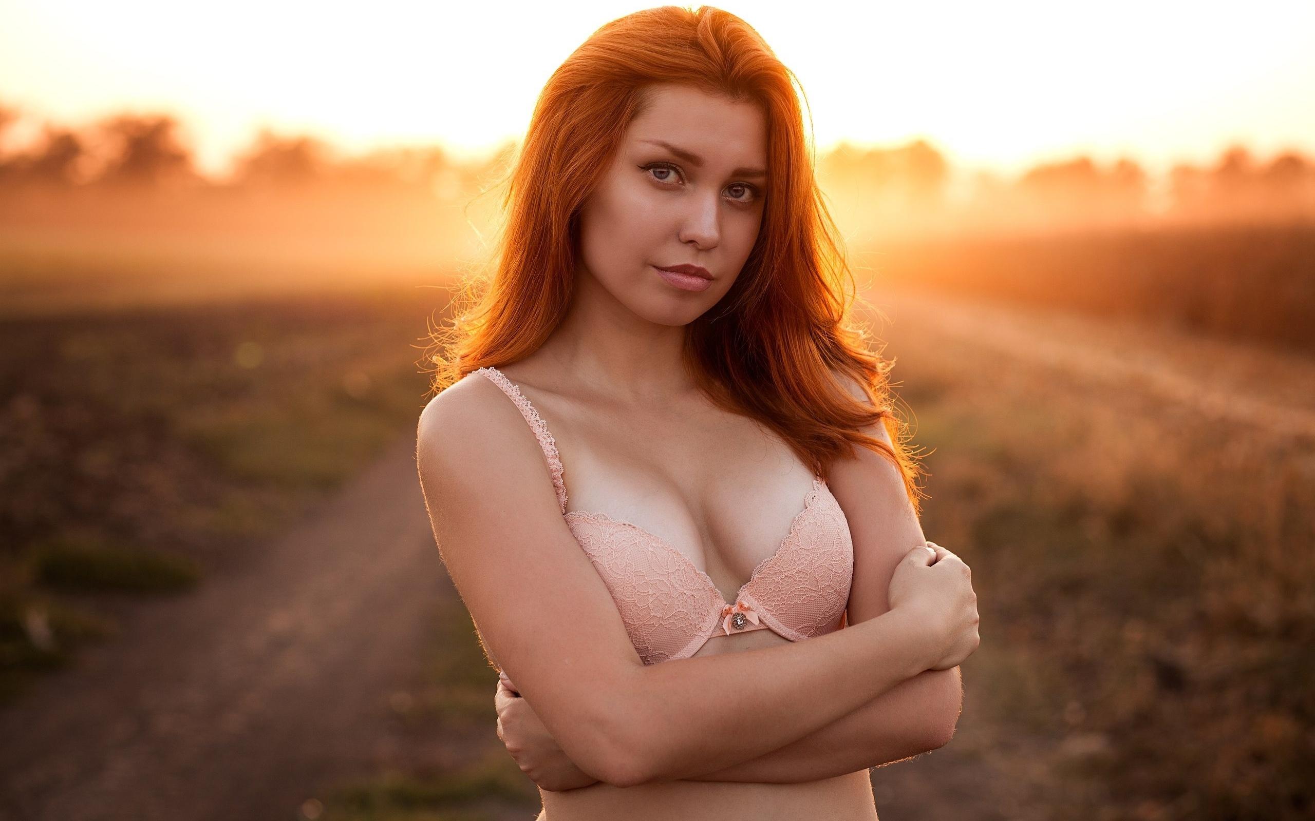 foto-rizhaya-razdevaetsya
