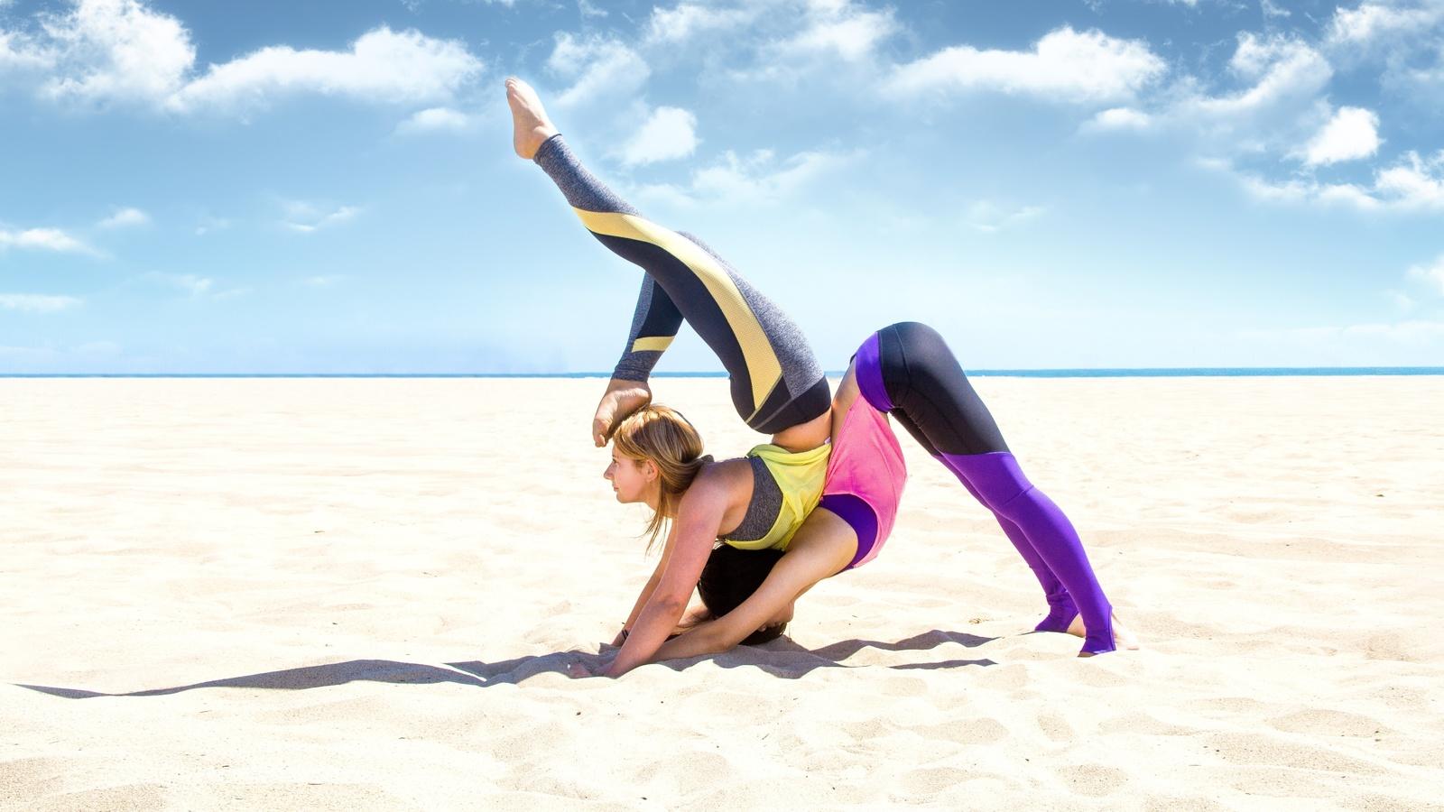 2 девушки, две, брюнетка, блондинка, йога, упражнение, поза, песок, пляж, небо, 2 womens, brunette, blonde, yoga, exercise, pose, sand, beach, sky