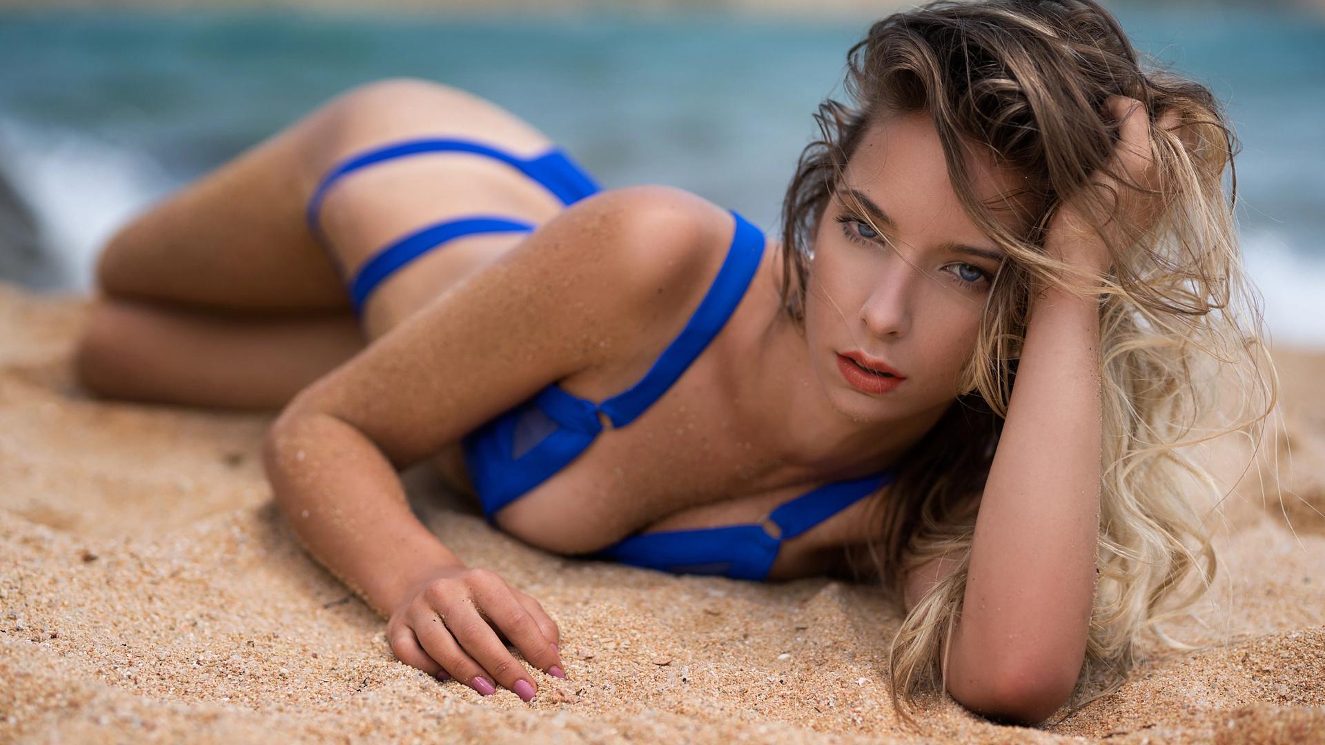 фото девочек на пляже в купальнике