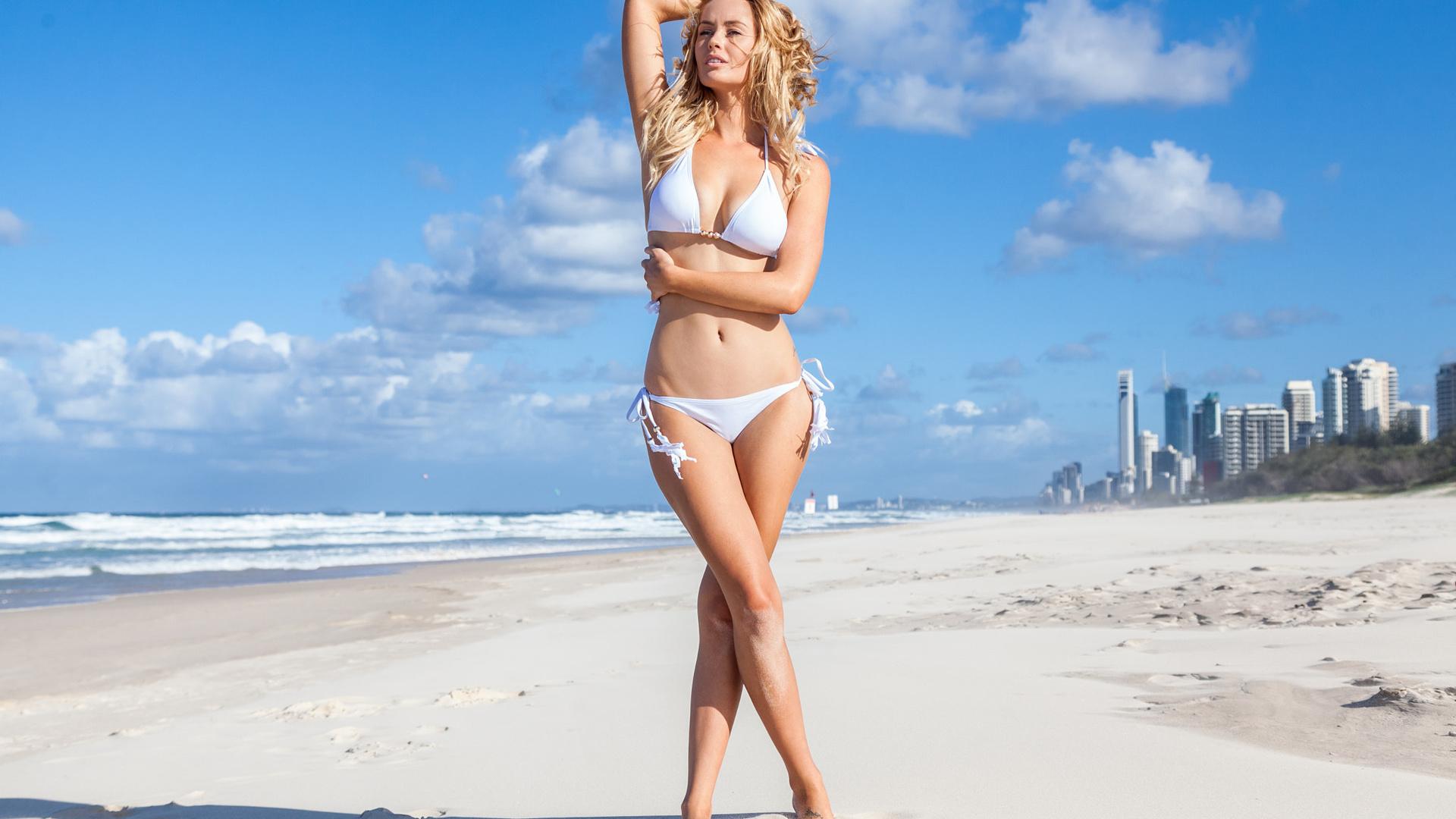 девушка дает на пляжу рот