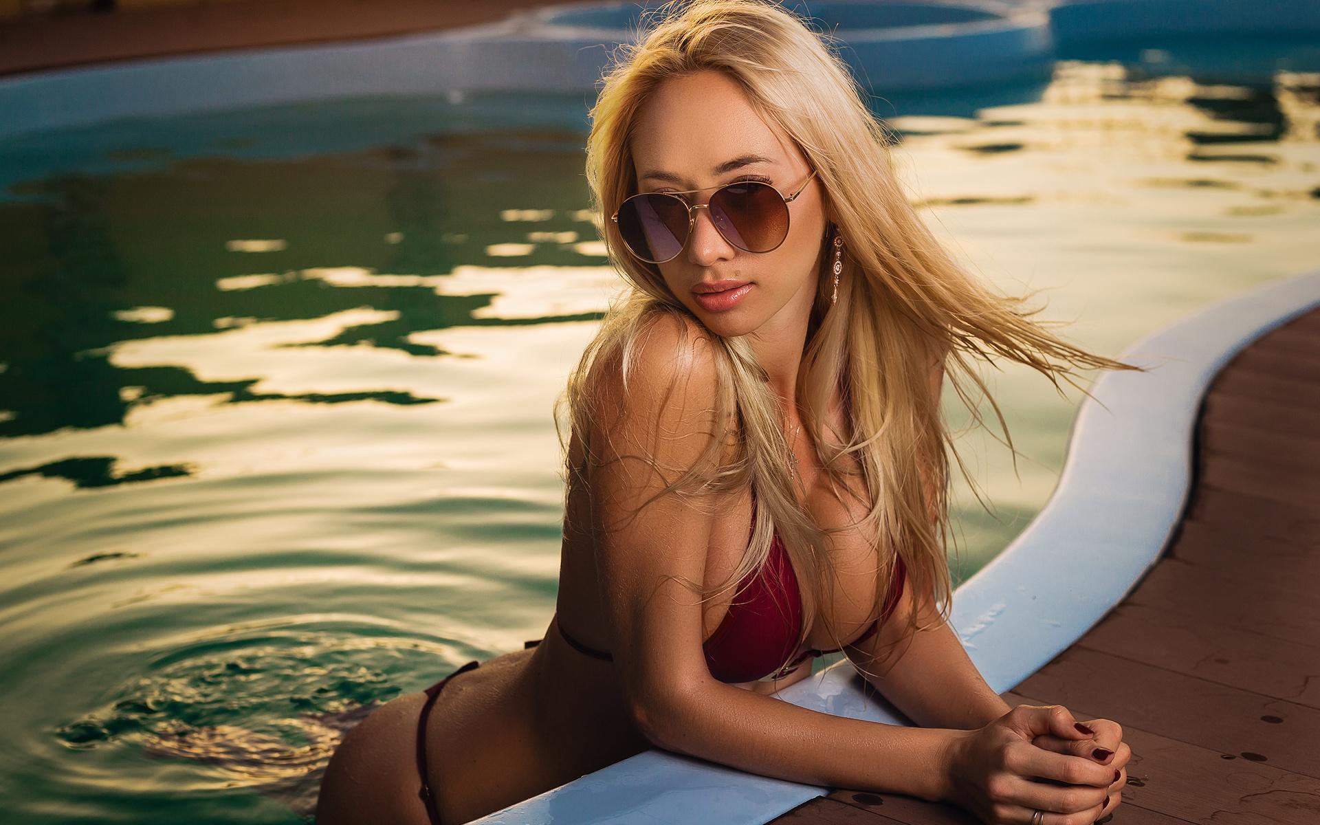 Блондинка в очках и чистильщик бассейнов, ролик русская кончает