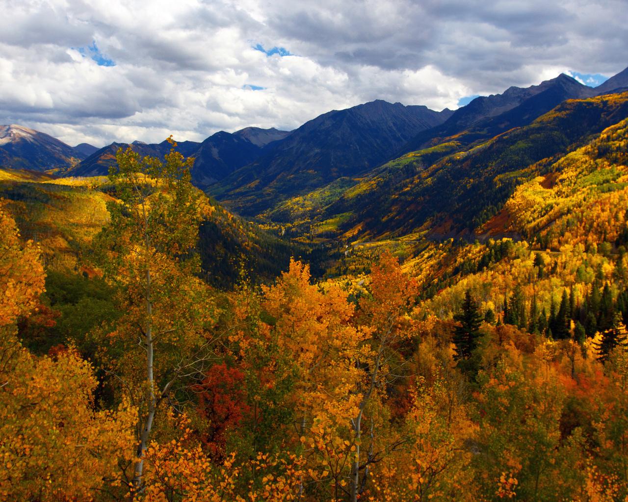 природа, красиво, облака,небо,горы,склоны,деревья,осень,крона,листва,красная,желтая,