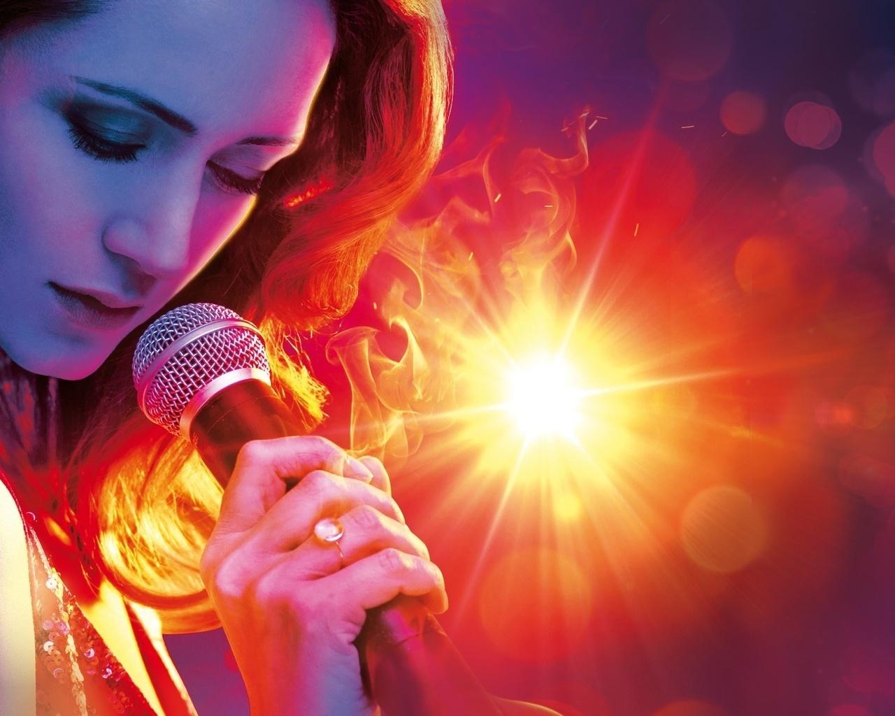 девушка, красотка, певица,микрофон,поет,фон,красный,свет,яркий,луч,шатенка,цвет,волосы,, лоб,глаза,брови,ресницы,руки,платье,декольте,пальцы,кольцо,локоны