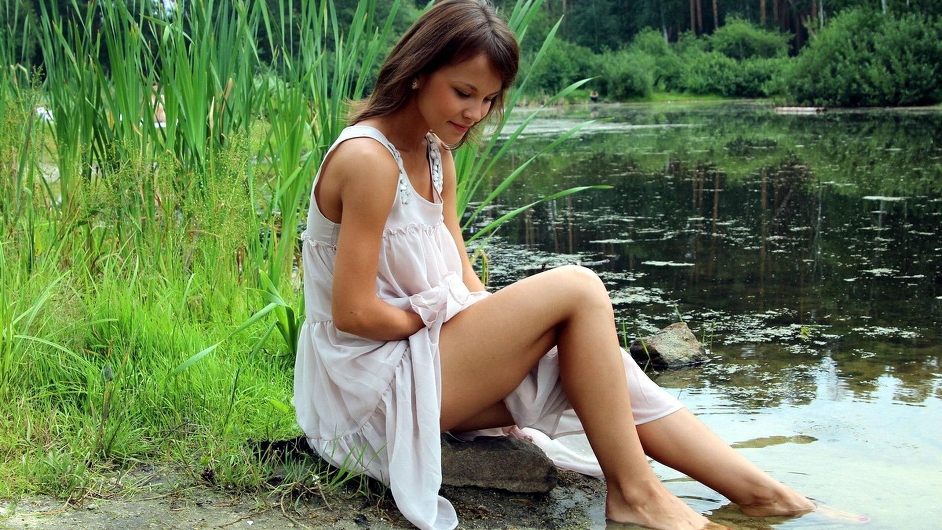кажется, видео дамы на природе очаровашка, юная красотка