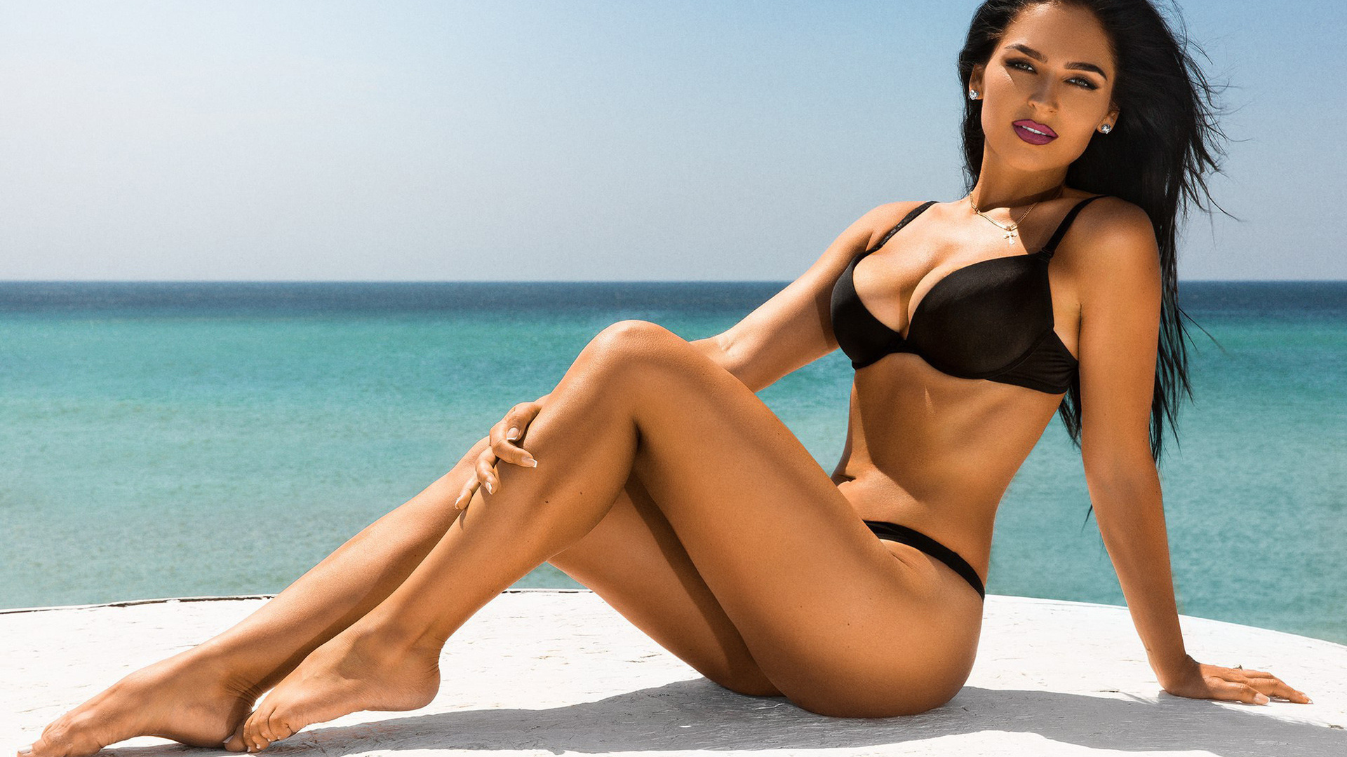 Фото девушка брюнетка на пляже в красивом купальнике, Без купальника девушки и женщины - красивые 1 фотография