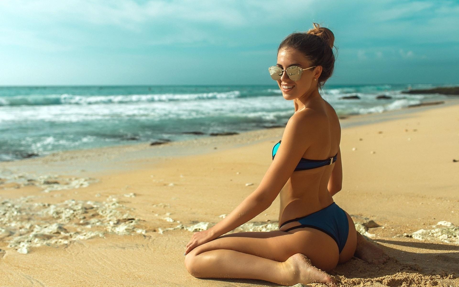 women, tanned, kneeling, ass, sunglasses, back, sand, sea, women outdoors, bikini, smiling, beach, очки, пучок, волна