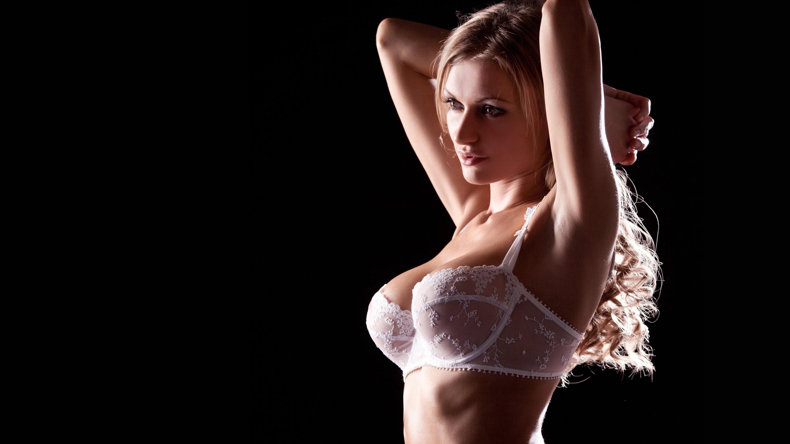 Девушки с красивой грудью в лифчике