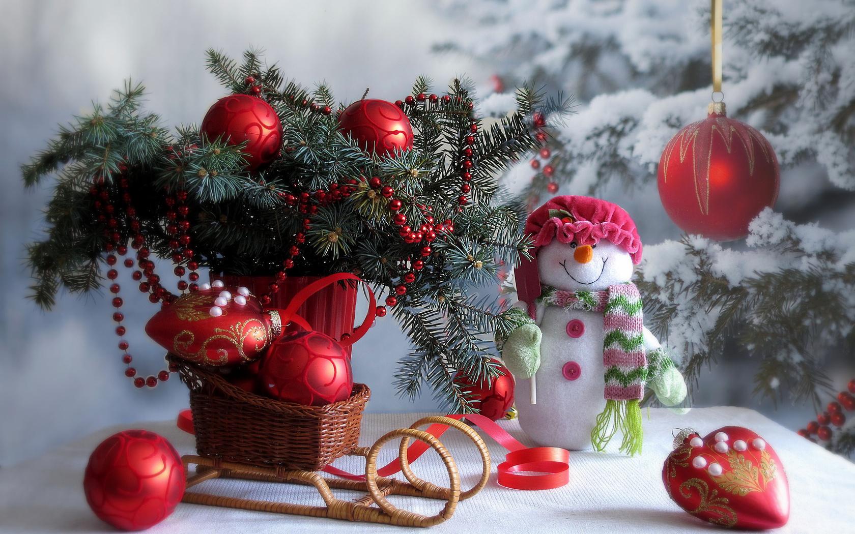 праздник, новый год, рождество, зима, снег, ёлка, стол, санки, ветки, ель, игрушки, украшения, снеговик