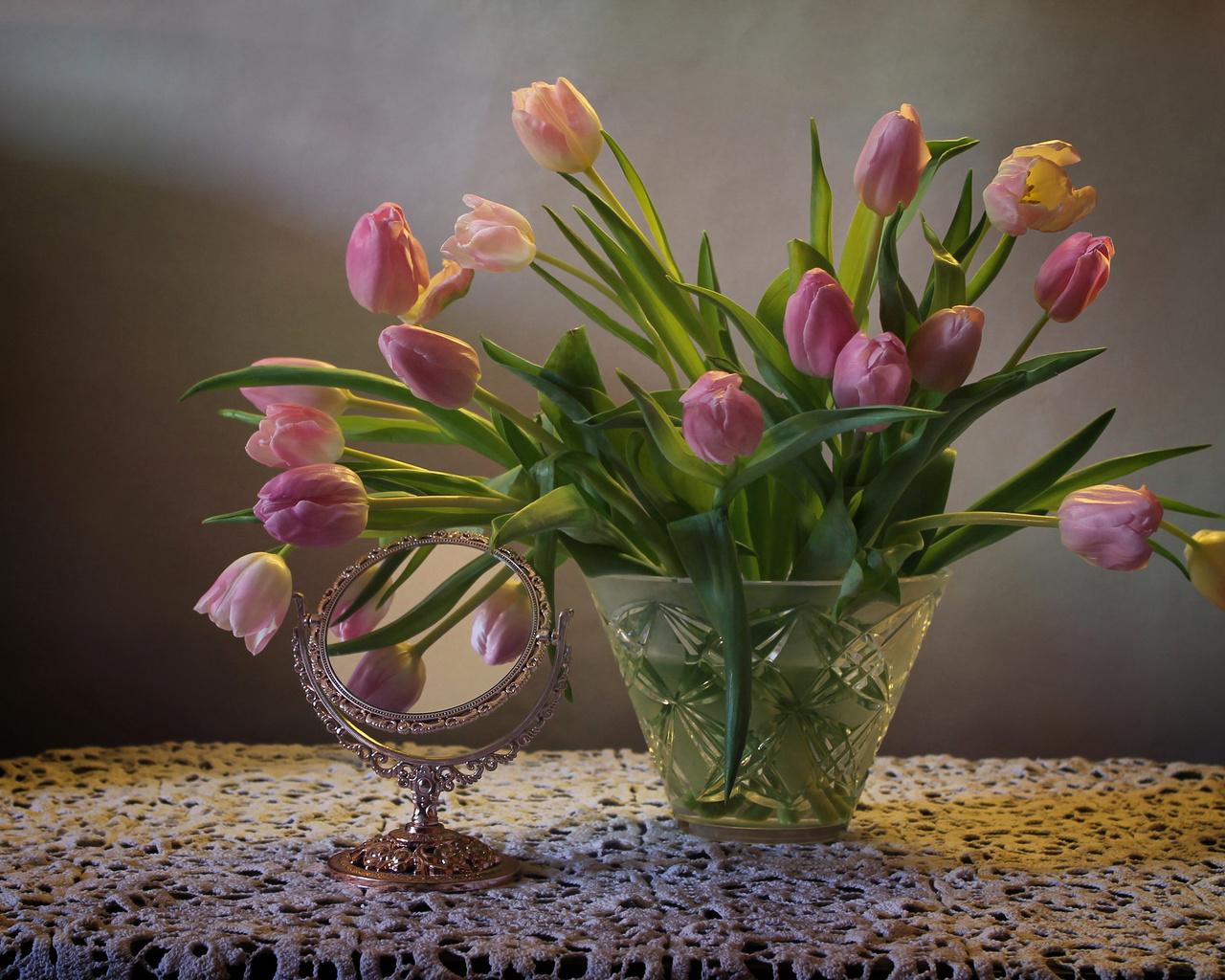 салфетка, ваза, цветы, тюльпаны, зеркало
